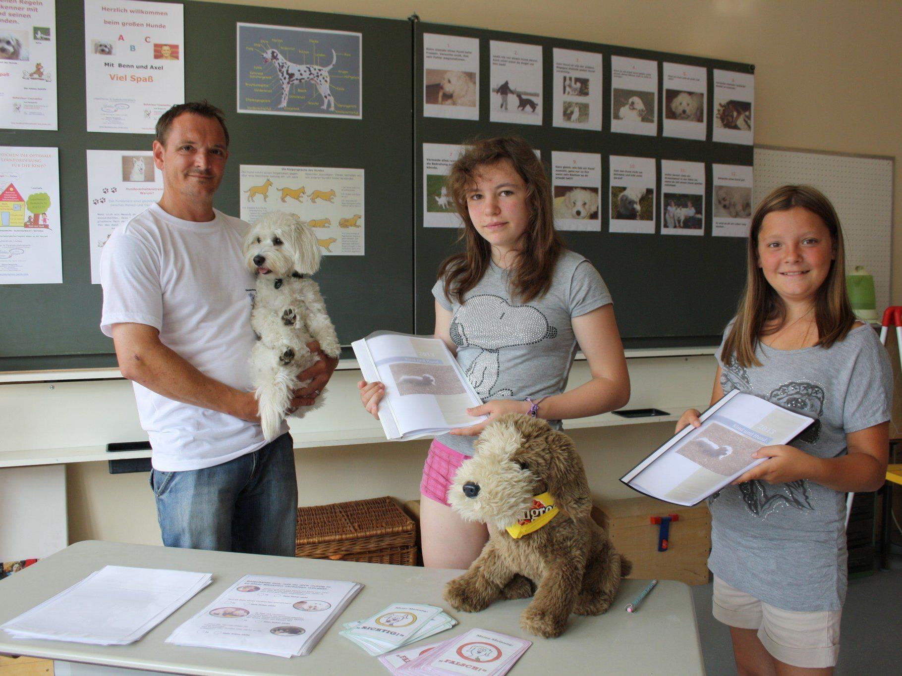 Lea und Anna mit Hundeverhaltenstrainer Axel Marguerite beim Workshop.