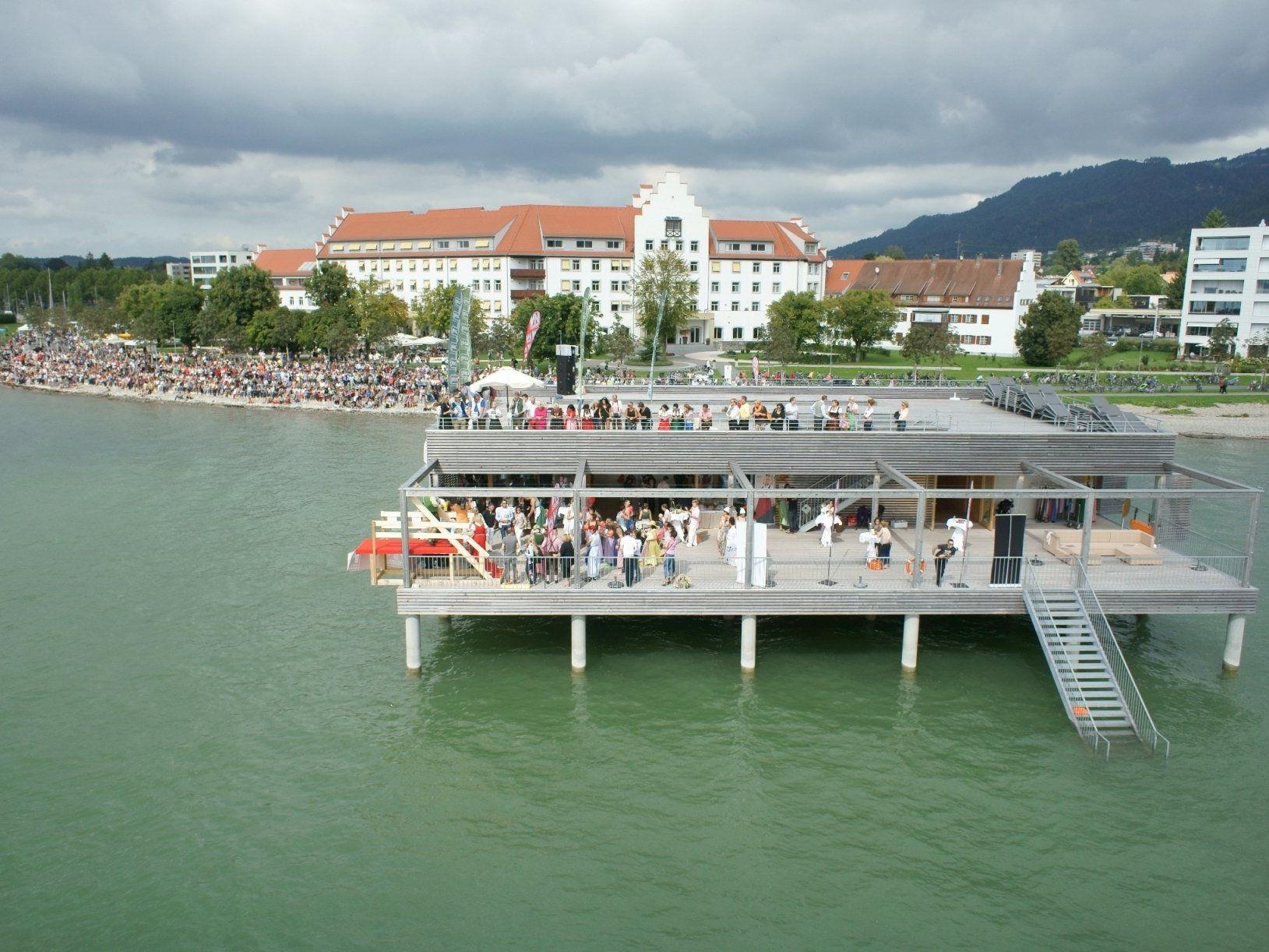 """""""Gössl lässt die Dirndln fliegen"""" – Kultevent am Bodensee auf dem Badehaus des Seehotel Am Kaiserstrand in Lochau."""