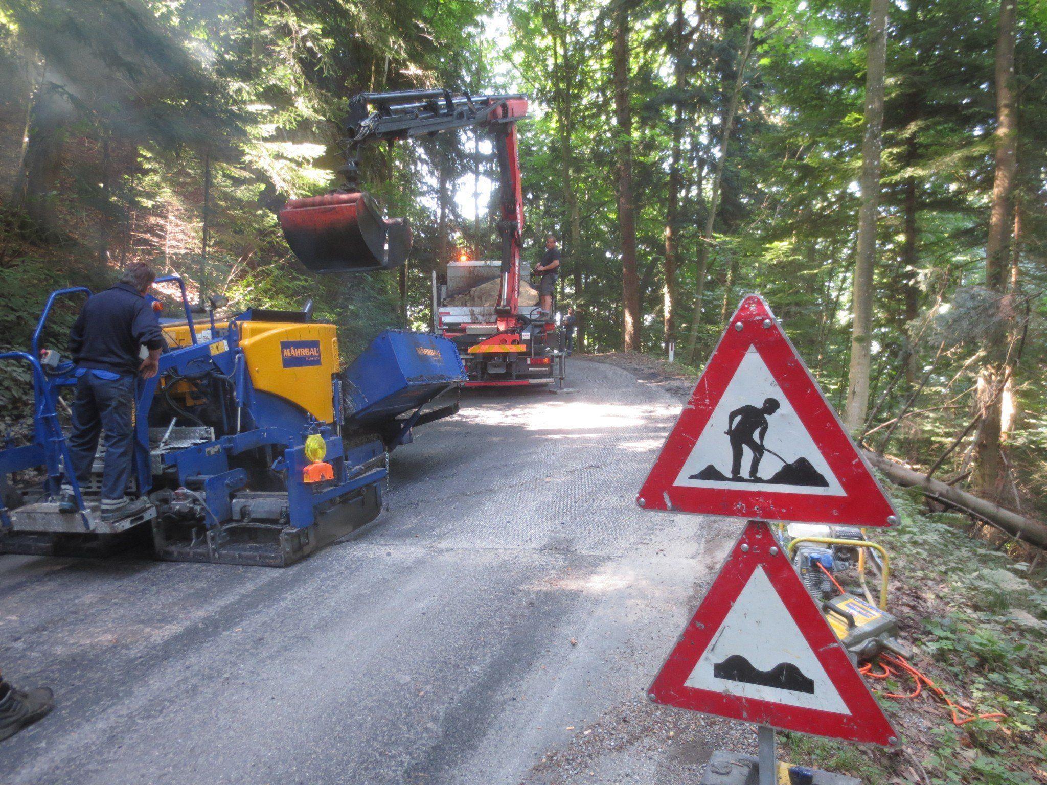 Notwendige Asphaltierungsarbeiten auf der Pfänderstraße unter erschwerten Bedingungen.