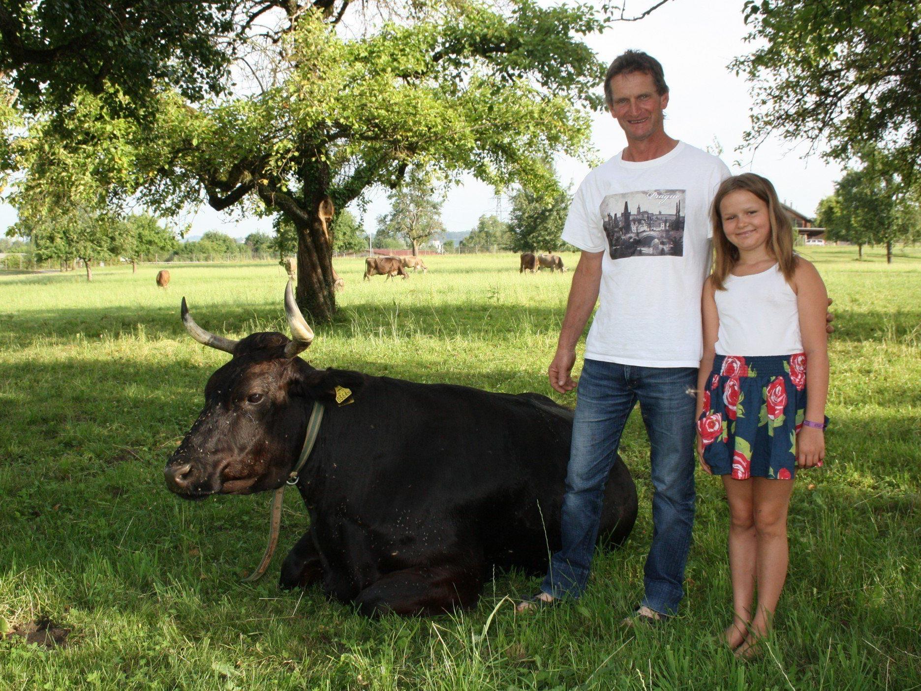 """Josef Pfanner und Tochter Theresia mit dem """"Mohrele"""" auf der Weide."""