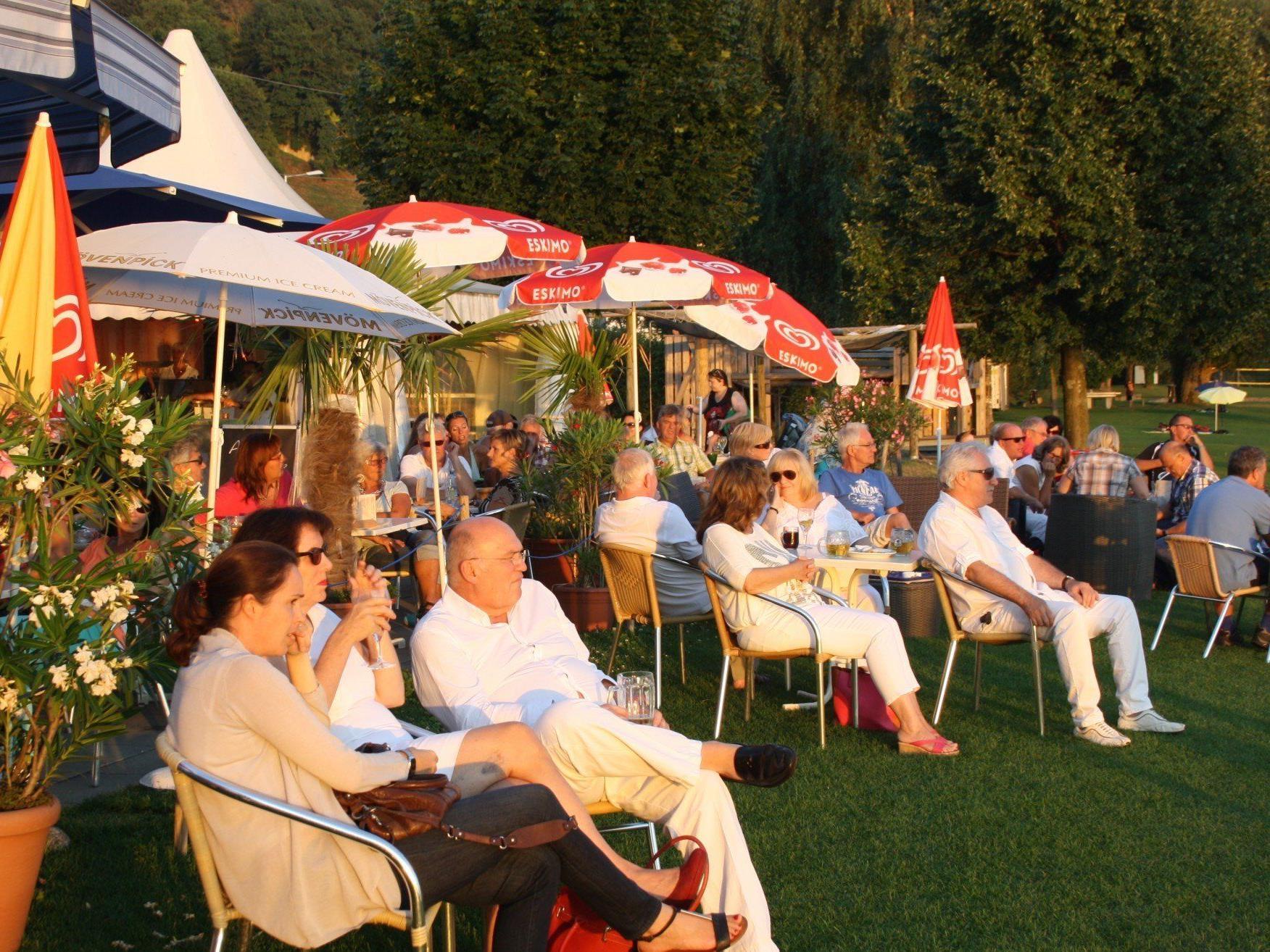 """Bodensee-Genuss mit Musik und Kulinarium auf der Terrasse des Lochauer """"Treff am See""""."""