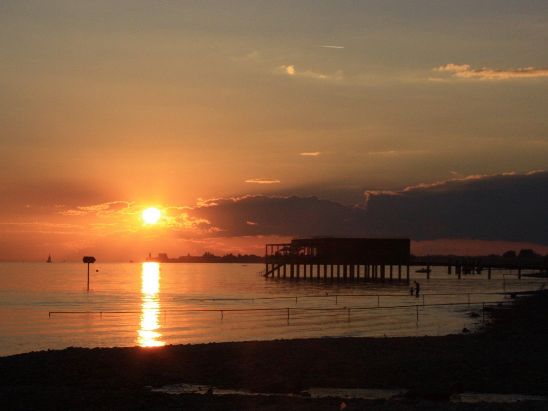 """Bodensee-Genuss mit stimmungsvollem Sonnenuntergang auf der Terrasse des Lochauer """"Treff am See""""."""