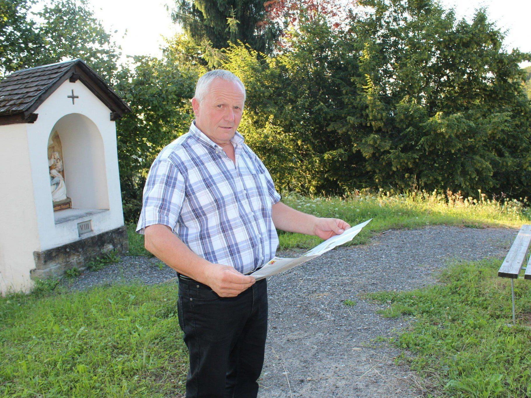 Projektleiter Vizebgm. Roman Immler freut sich über die neue Pilger- und Wanderkarte.