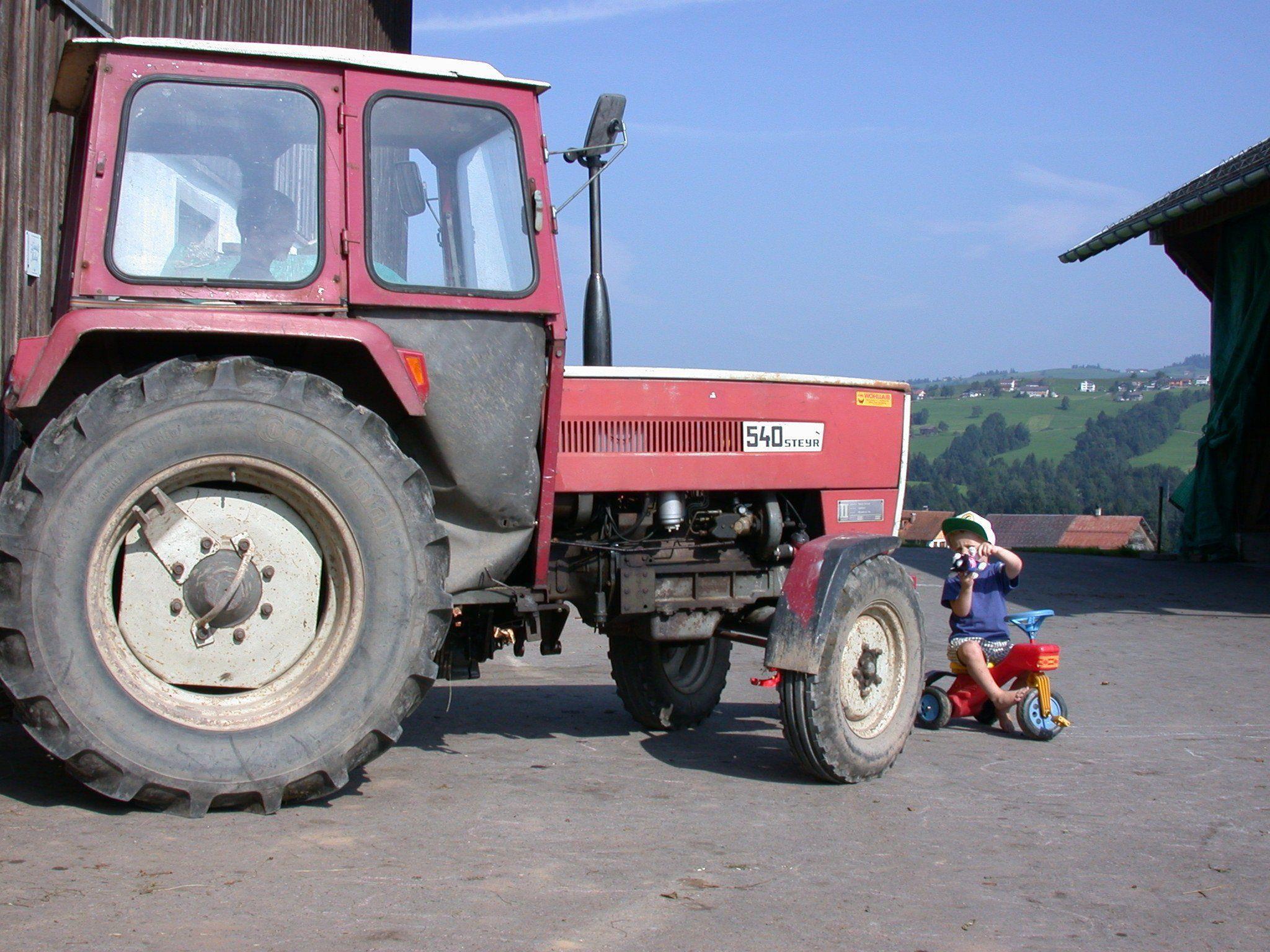 Vorsicht bei den vielen Gefahrenquellen für Kinder an einem Bauernhof.