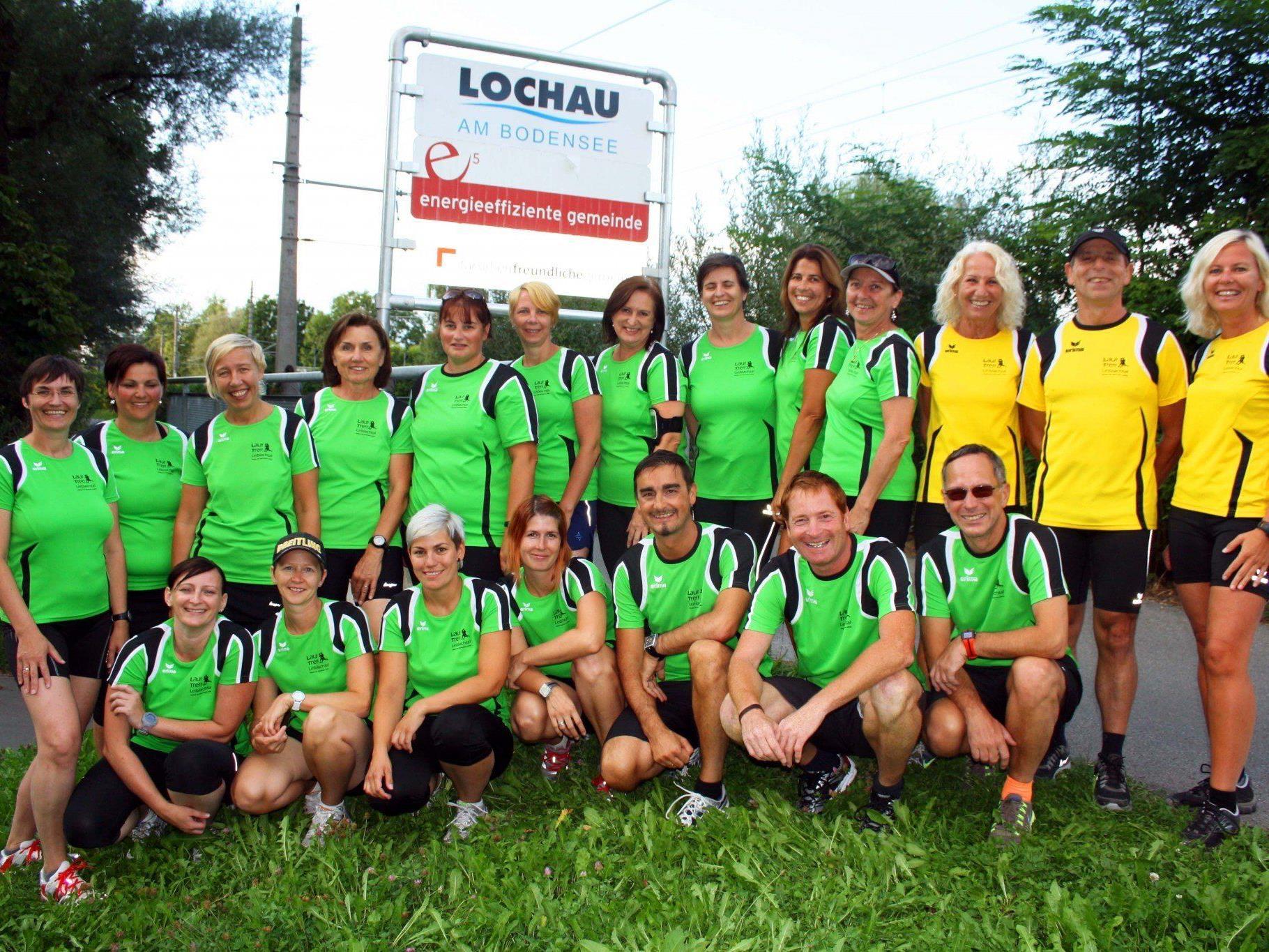 Stolz präsentieren sich die Mitglieder des LaufTreff Leiblachtal in ihrer neuen Vereinsbekleidung.