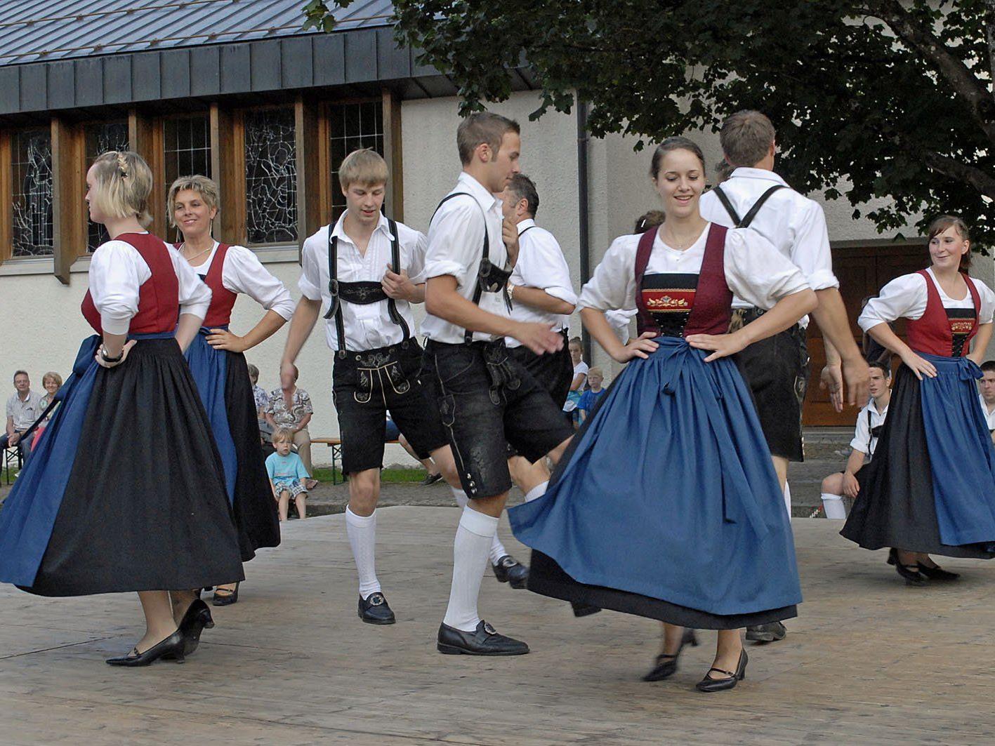 Die Trachtengruppe Mellau war bei ihrem Fest auf dem Mellauer Dorfplatz doppelt gefordert.