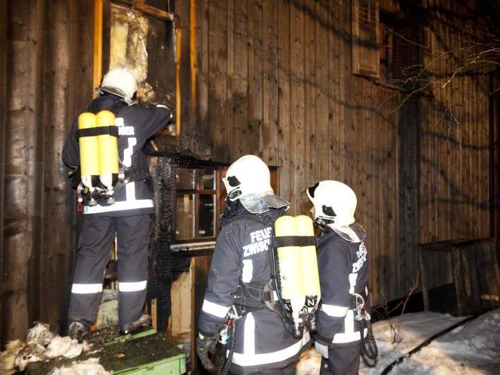 Feuerwehrmänner aus Dafins an jener Stelle beim Wohnhaus, wo das Feuer in der Nacht auf den 9. März gelegt wurde.