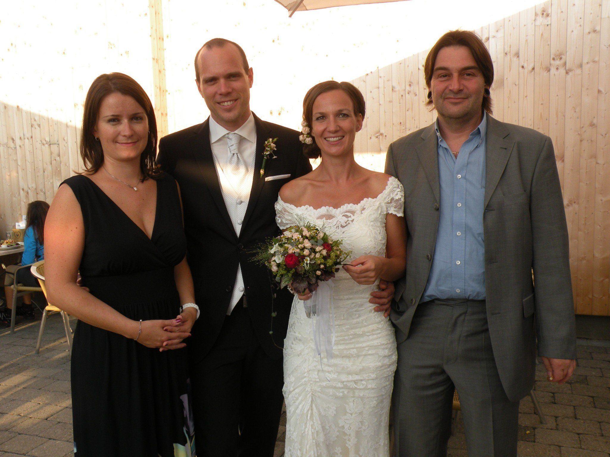 Das Brautpaar mit den Trauzeugen bei der Feier auf dem Karren.