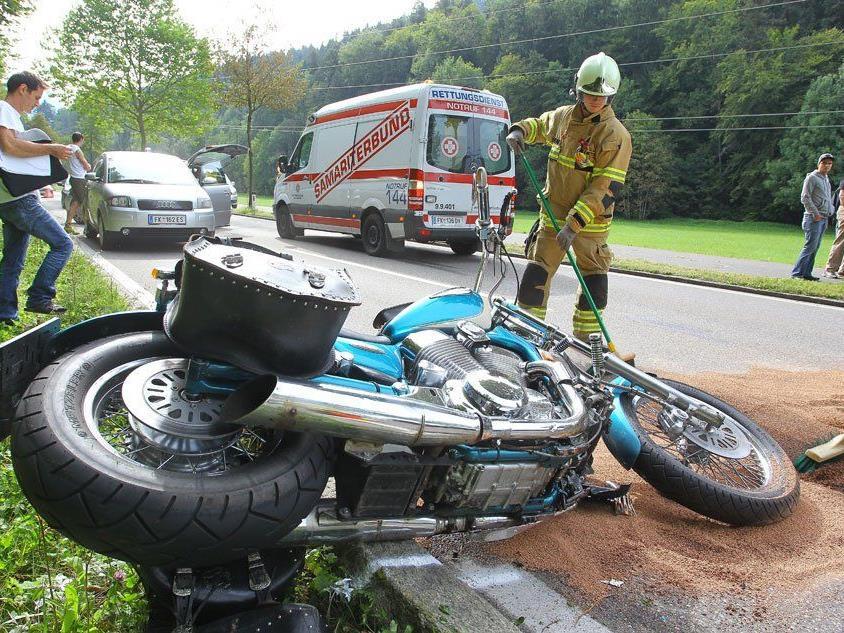 Motorradfahrer bei Kollision mit Mopedauto verletzt.