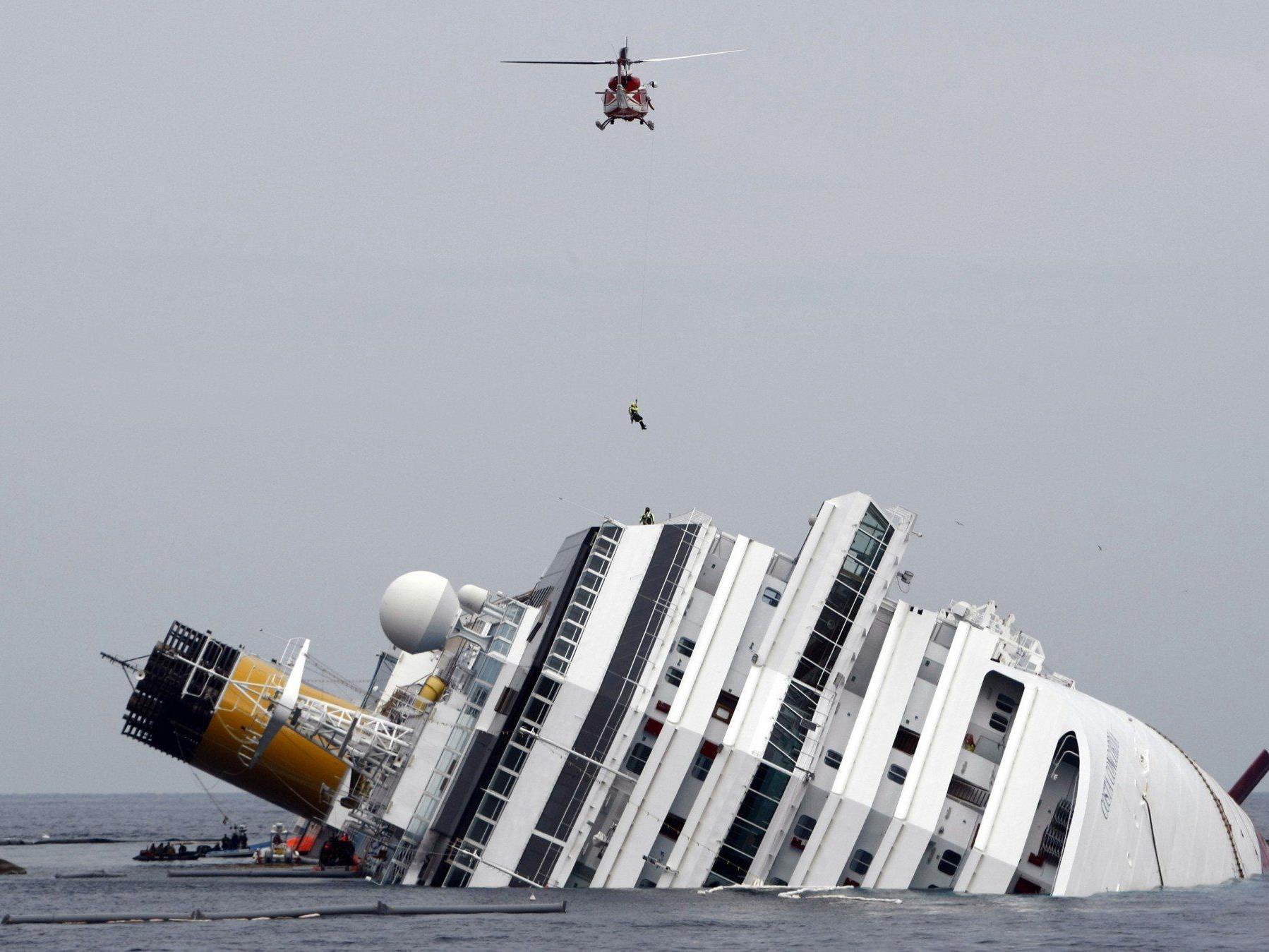 Das Kreuzfahrtschiff Costa Concordia liegt seit eineinhalb Jahren im Meer, am Montag soll sie aufgerichtet werden.
