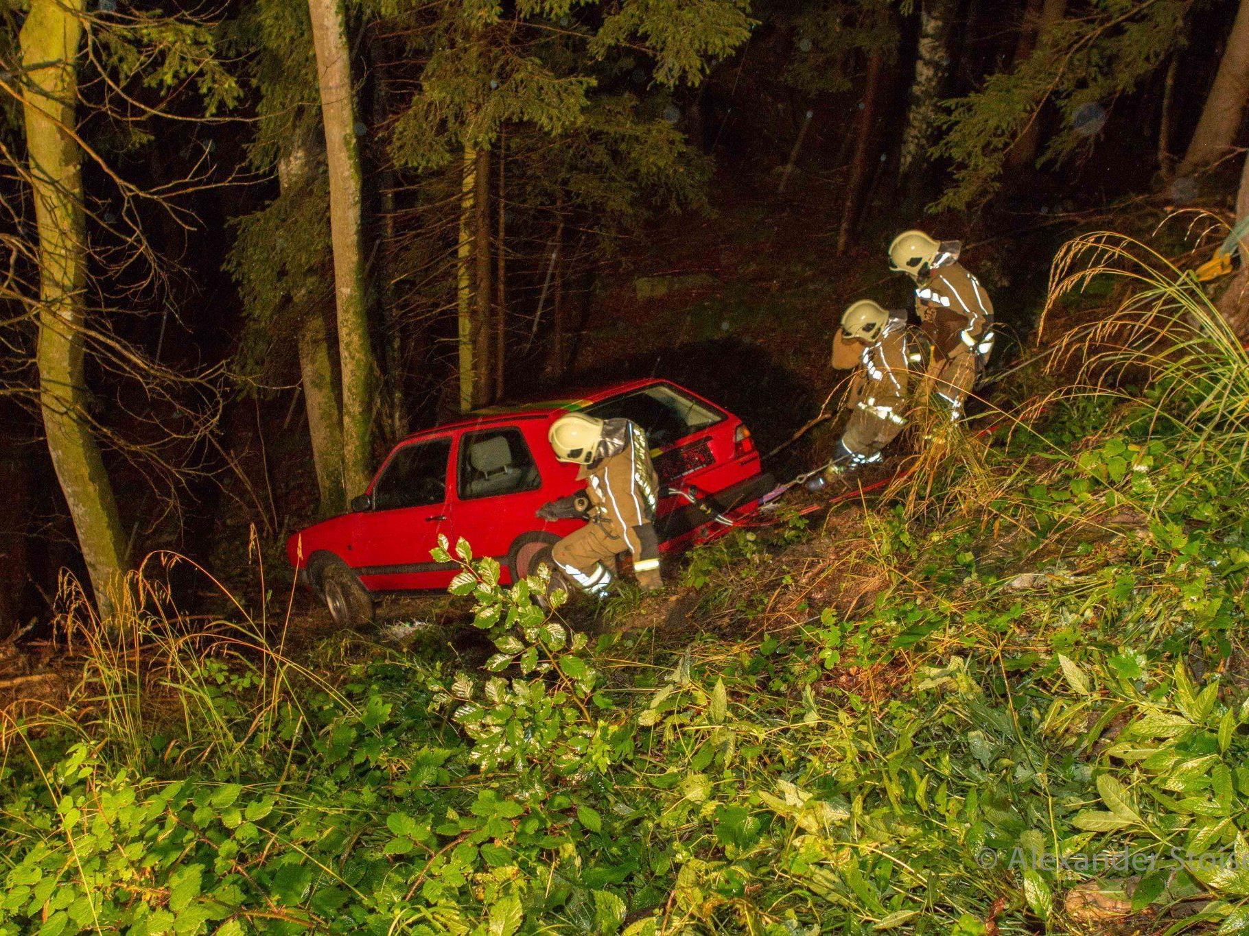 Albtraum eines jeden Autofahreres - ein Unfall, noch dazu in steilem Gelände.