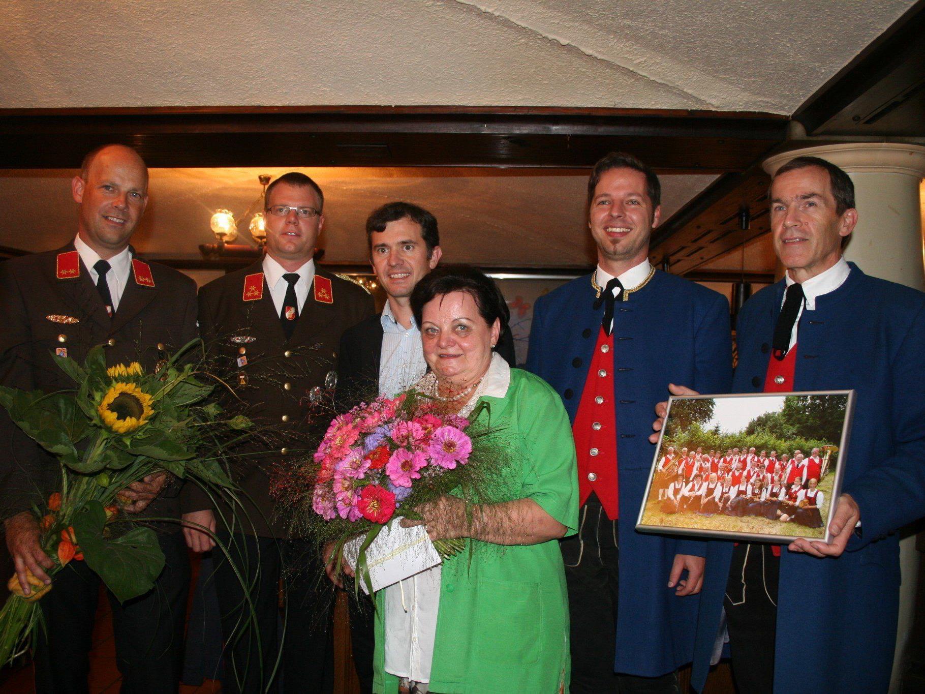 Markus Mayr (Kommandant-Stv.), Wolfgang Stöcklmair (Kommandant), Bgm. Martin Summer, Markus Summer (Kapellmeister) und Alfred Lins (Obmann) mit Martha Fulterer.
