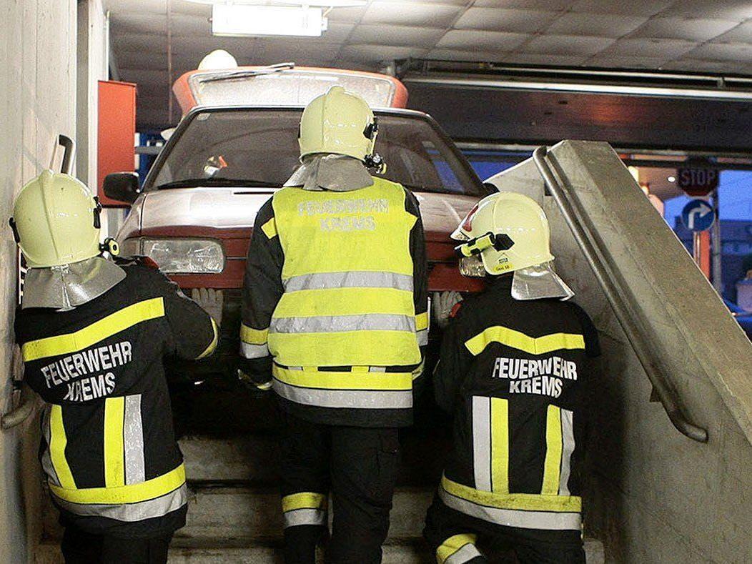 Autolenkerin blieb mit ihrem Wagen auf Stiegenabgang in Tiefgarage in Krems hängen.
