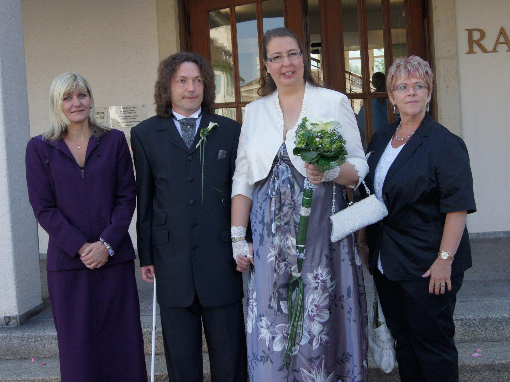 Das Brautpaar mit den Trauzeugen beim Standesamt Dornbirn.