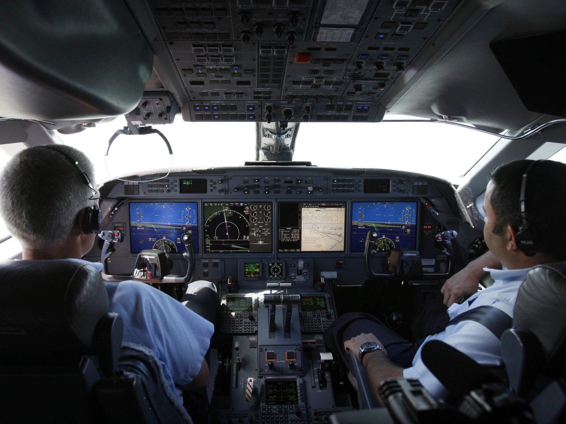 Während eines Langstreckenfluges sind gleich beide Piloten eingeschlafen.