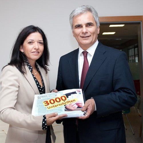 """Manuela Auer übergibt Werner Faymann die Unterschriften der Petition """"Stoppt die Abzocke""""."""