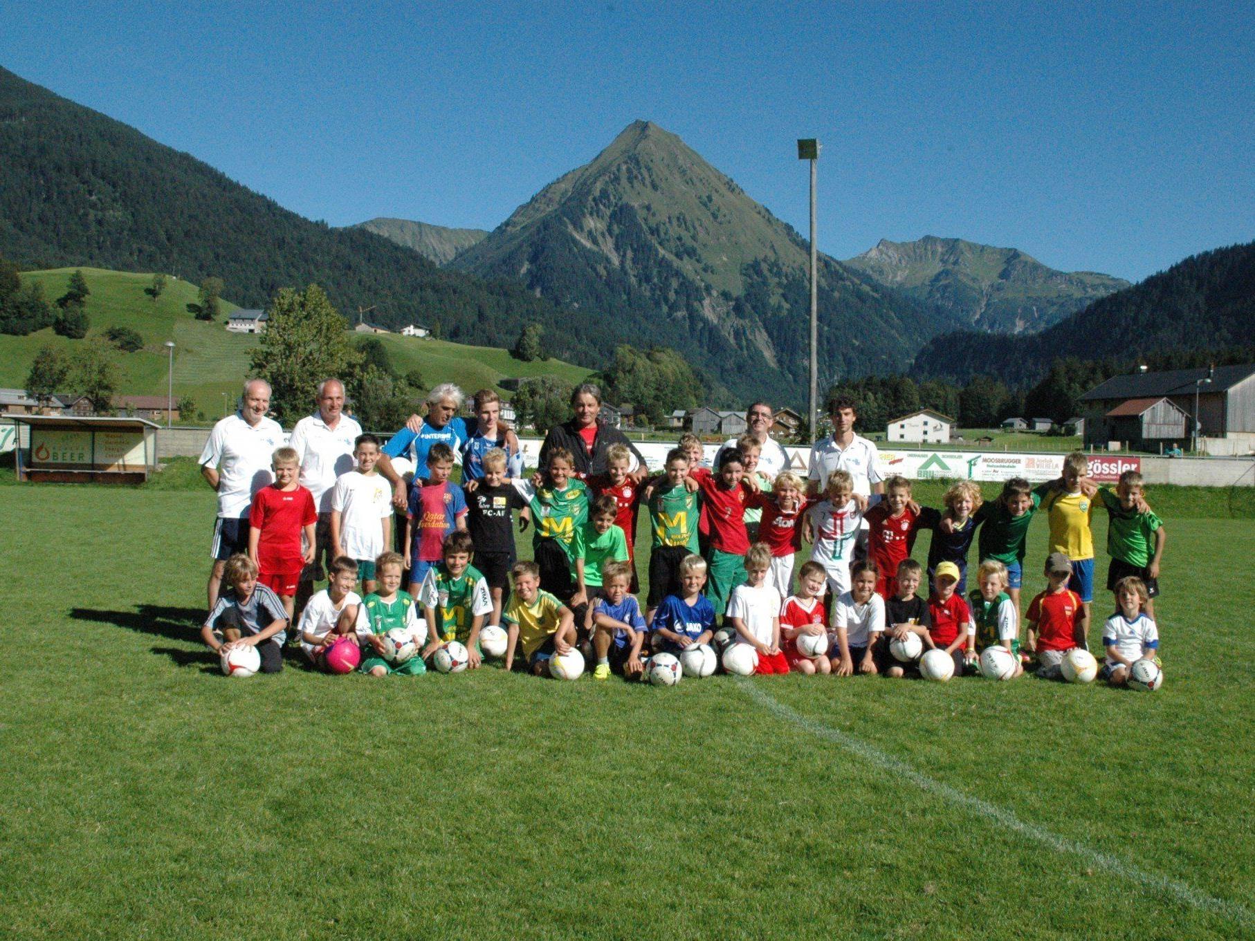 Die jungen Kicker des FC Au freuten sich über den Besuch von Didi Constantini