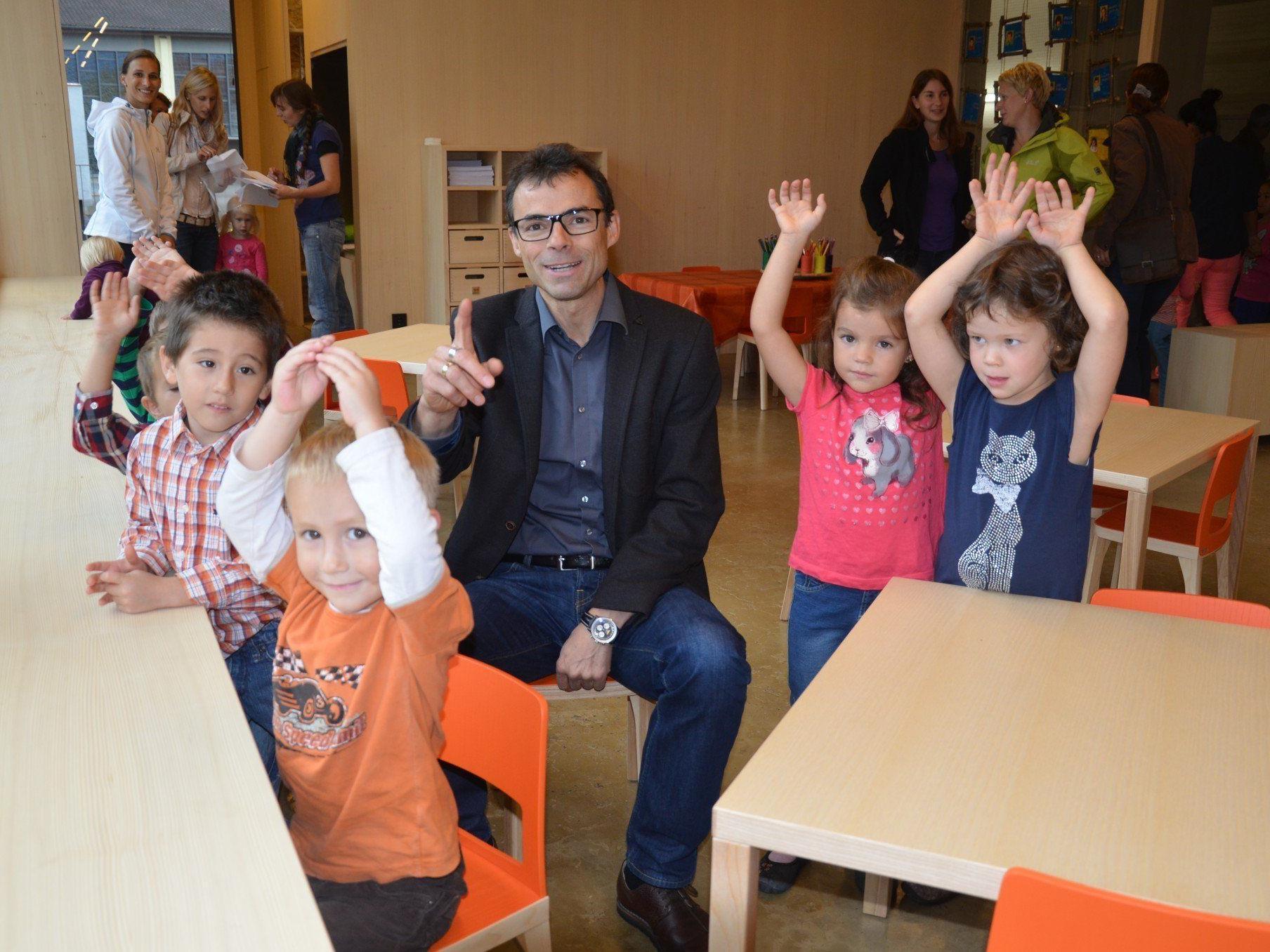 Bürgermeister Kilian Tschabrun inmitten von begeisterten Kindern.