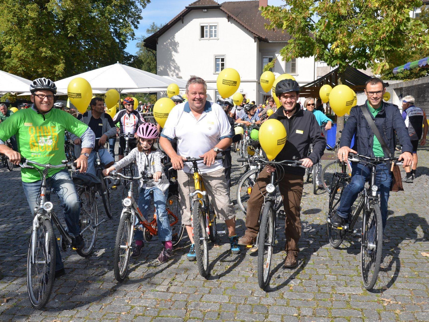 Die Bürgermeister führten die Fahrradparade von Rankweil nach Altenstadt an.