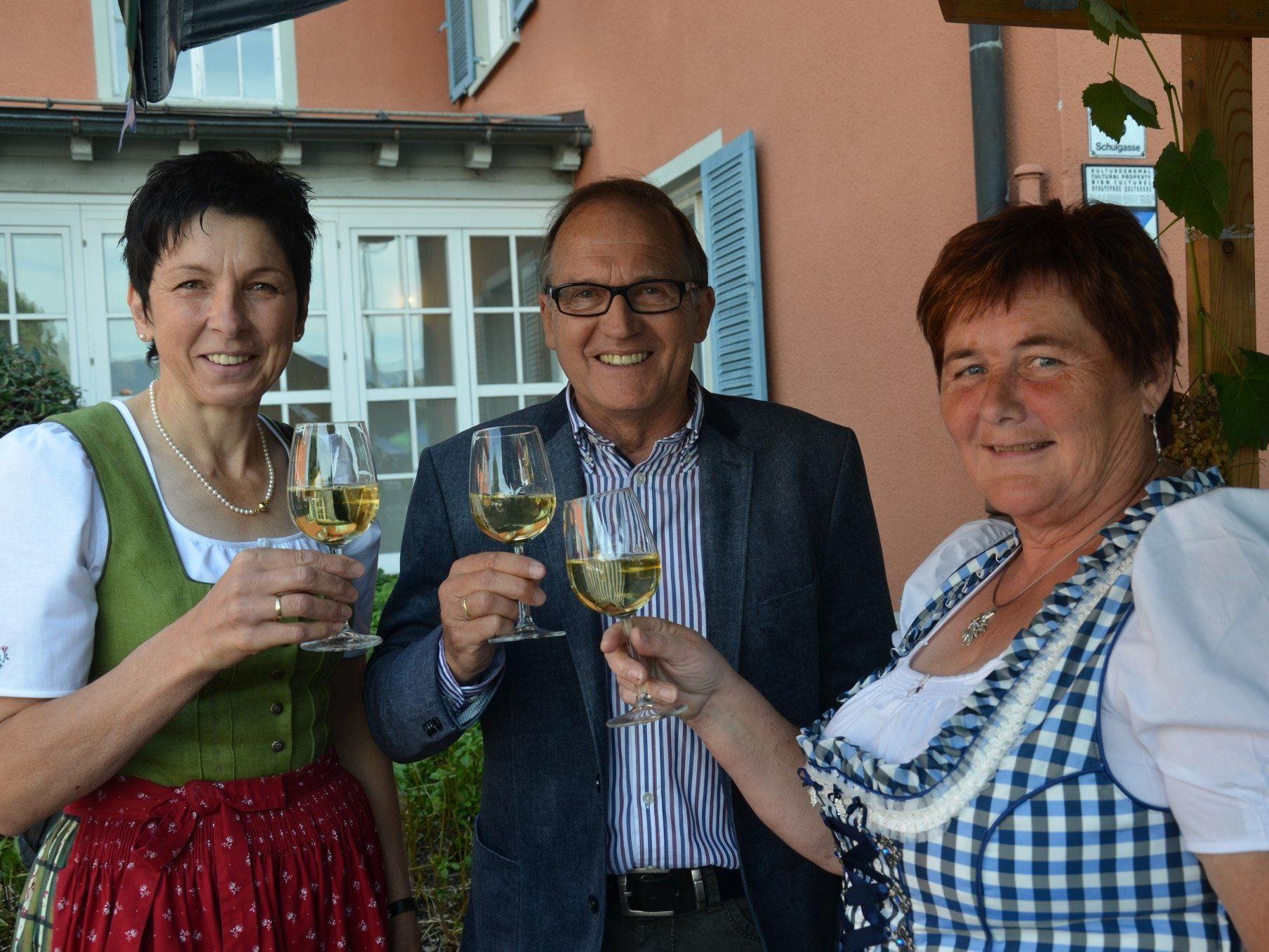 Stoßen auf einen erfolgreichen Dorfmarkt an.Bundesbäuerin  Andrea Schwarzmann, BGM Norbert Mähr und Organisatorin Irene Biedermann.