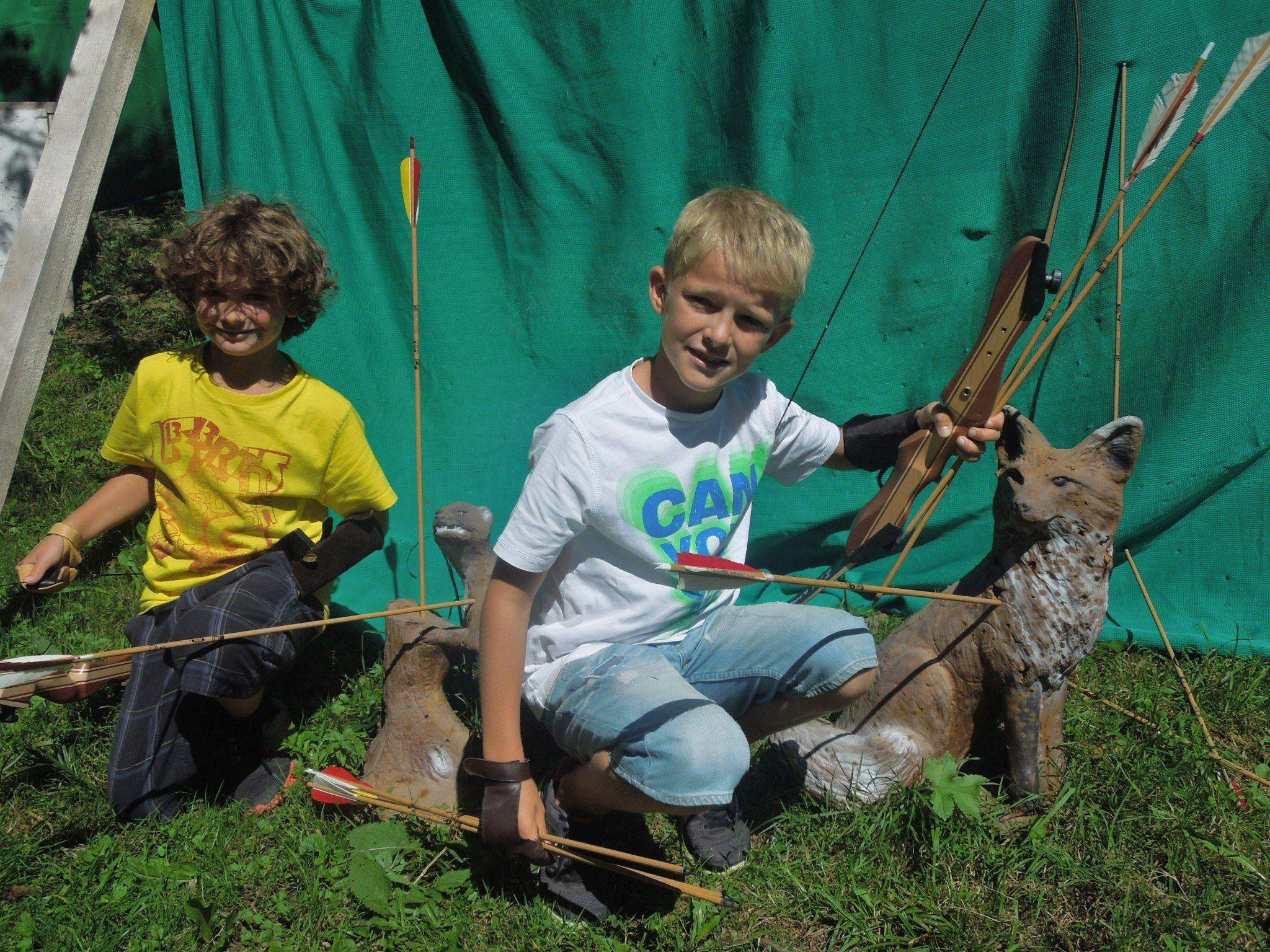 Die Kinderreporter versuchten sich als Bogenschützen und begaben sich auf die neueste Attraktion im Ebnit, den 3 D Bogenparcours.