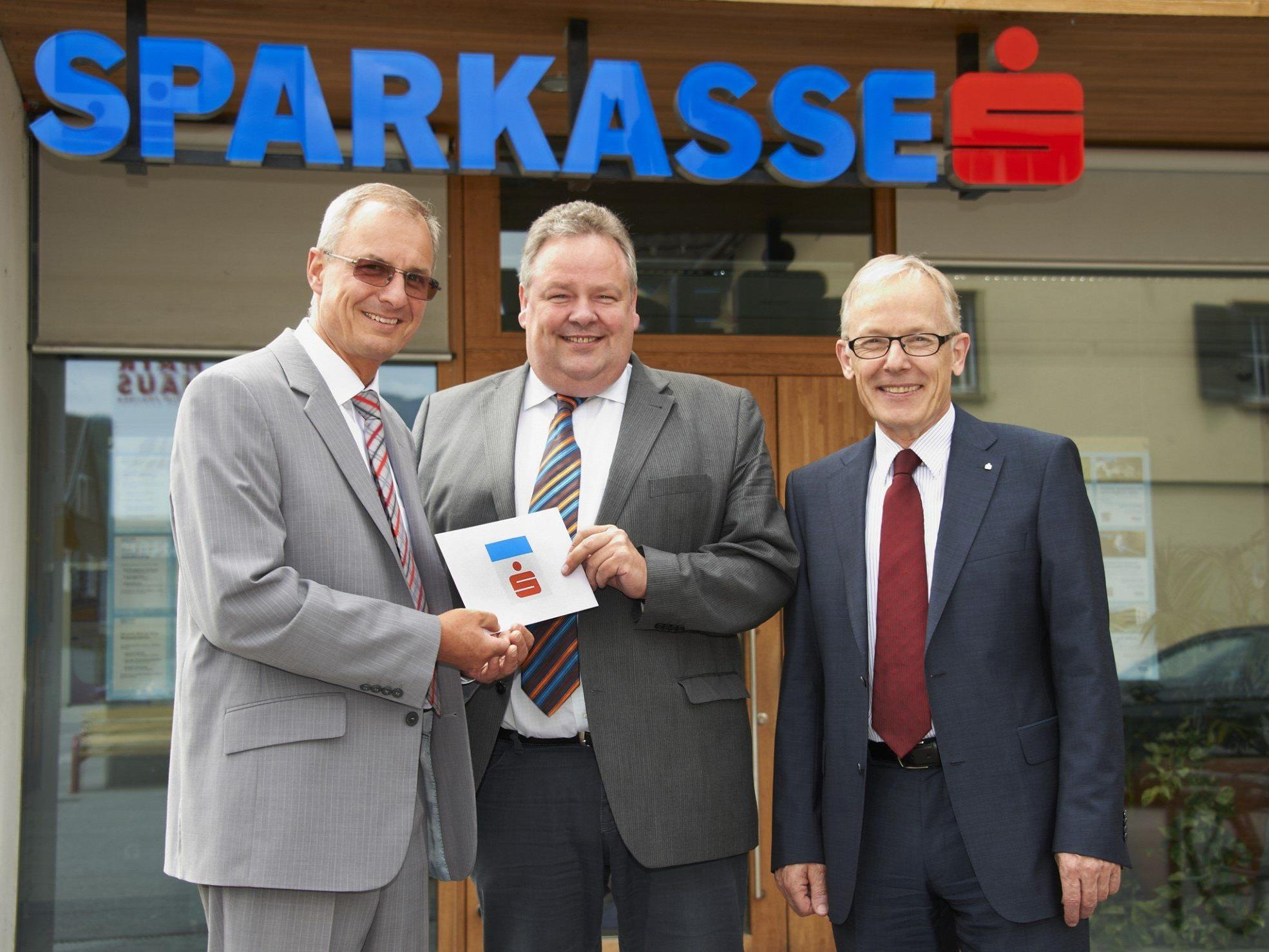 v.li.: Filialleiter Hubert Nägele, Bürgermeister Karl Wutschitz und Vorstandsdirektor Ronald Schrei.