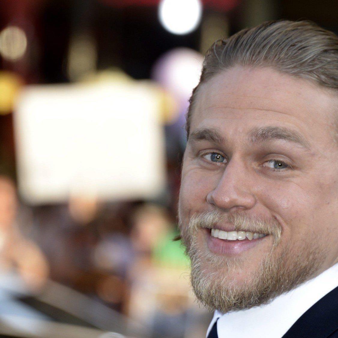 Charlie Hunnam hat keine Probleme Sex-Szenen als Christian Grey zu drehen.