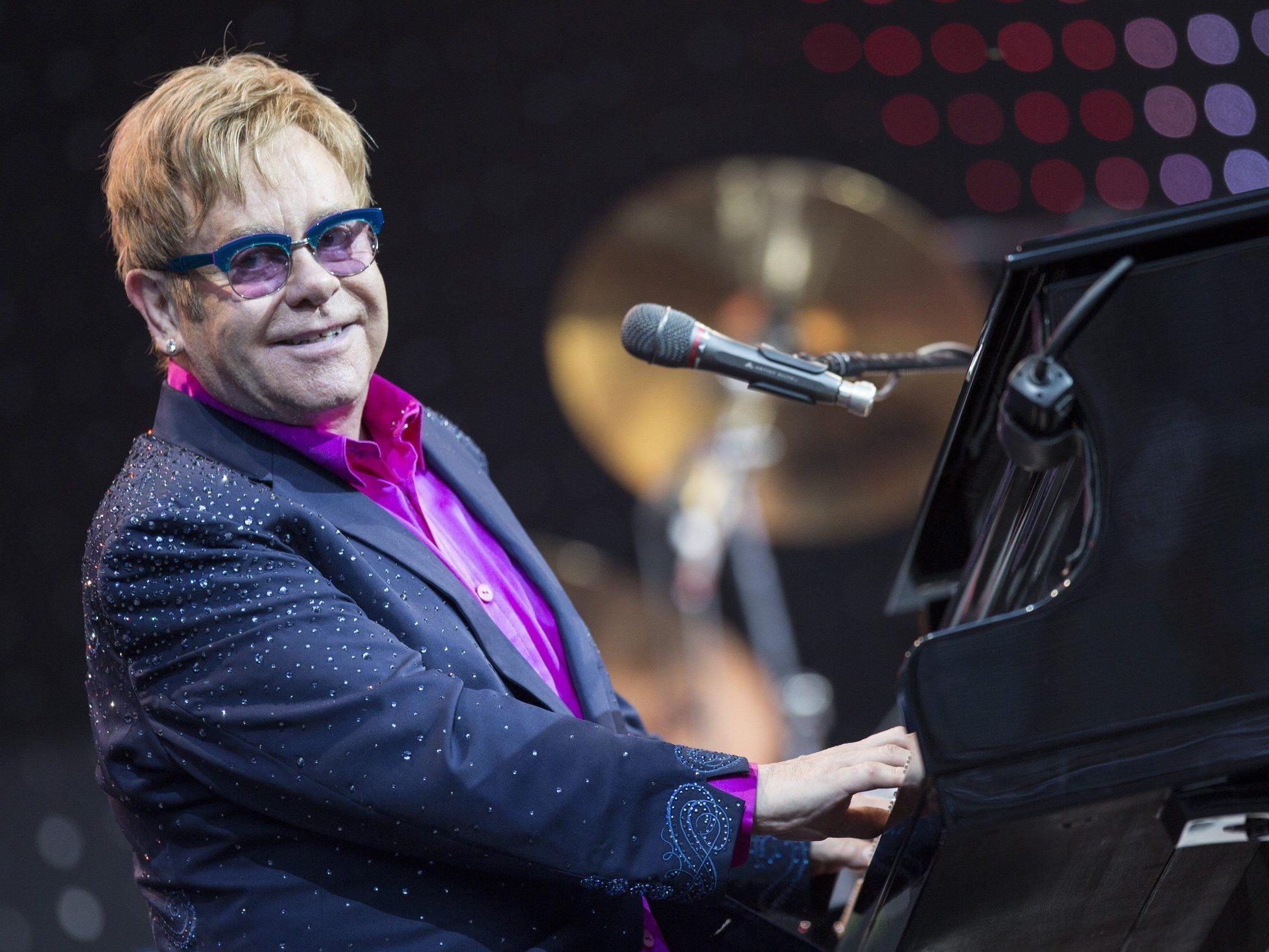 Während eines Konzertes in Berlin widmete Elton John Angela Merkel ein Lied.