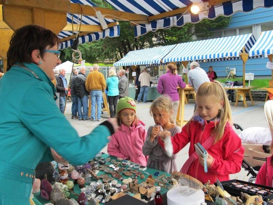 Die Mädchen interessierten sich für die funkelnden Edelsteine.