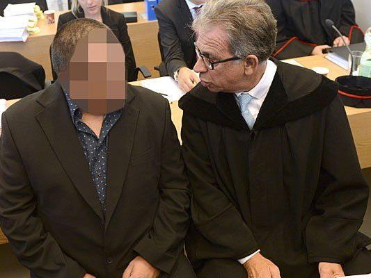 Der Angeklagte Michael K. und Verteidiger Farid Rifaat beim Prozess
