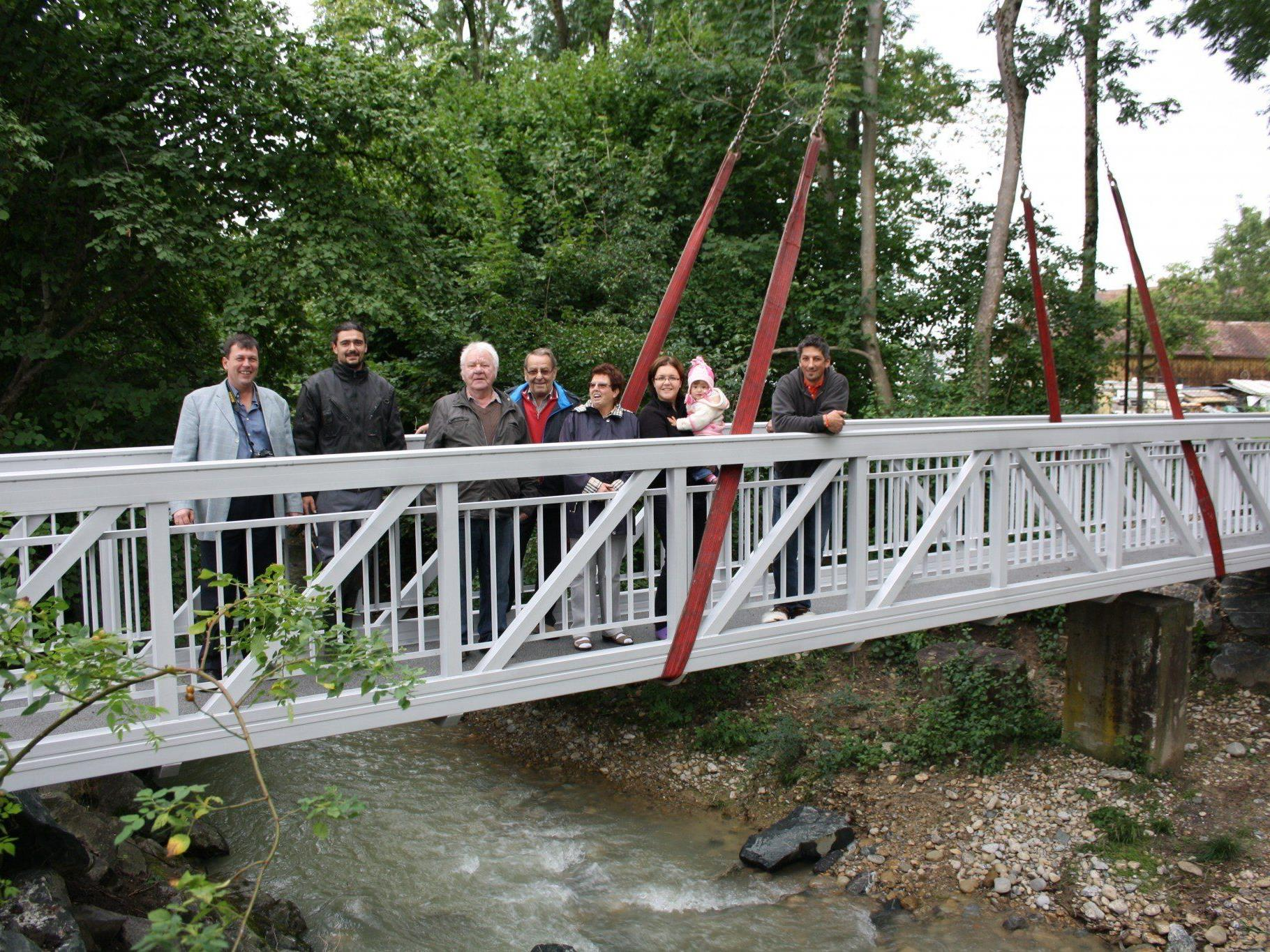 """Zahlreiche Anrainer beobachteten als interessierte """"Zaungäste"""" die Montage dieser neuen Aluminiumbrücke über den Ruggbach."""