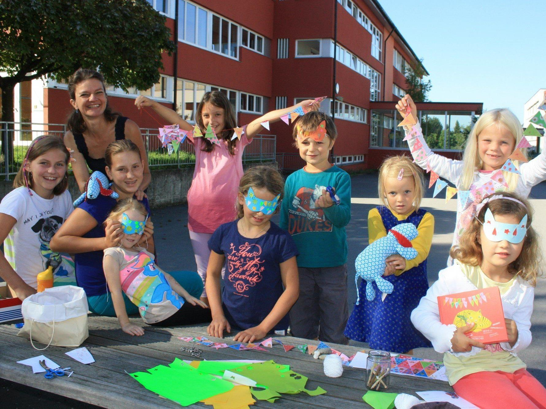 """Sehr aktiv zeigten sich die Kinder beim """"Tigerbuch-Basteltag"""" mit Monika Hehle."""