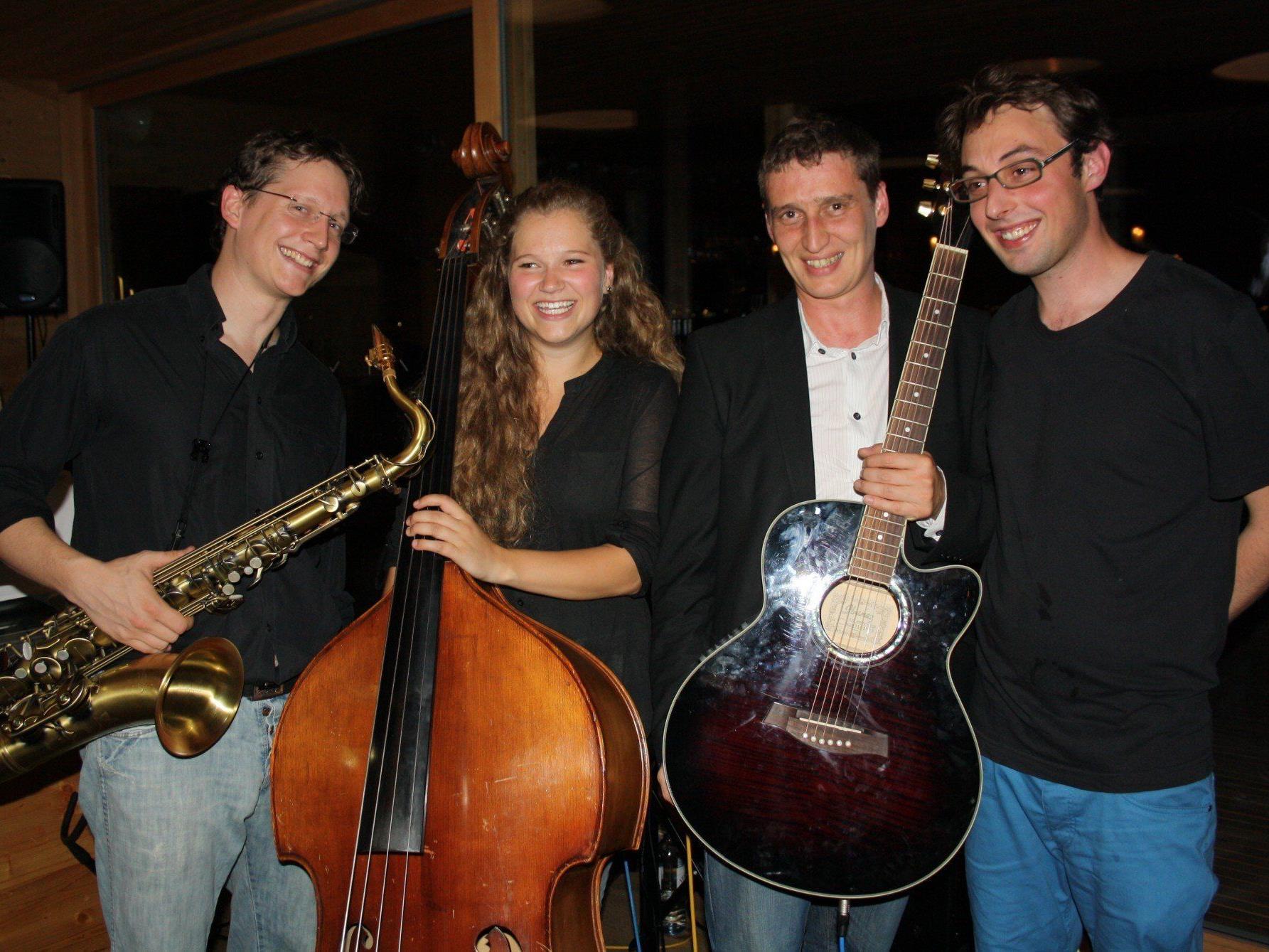 """mrs. moon"" aus Tirol mit Gerold Huber (Saxophon/Percussion), Anna Volderauer (Kontrabass), Philipp Schmid (Gitarre/Gesang), Daniel Öttl (Keyboard), von links."