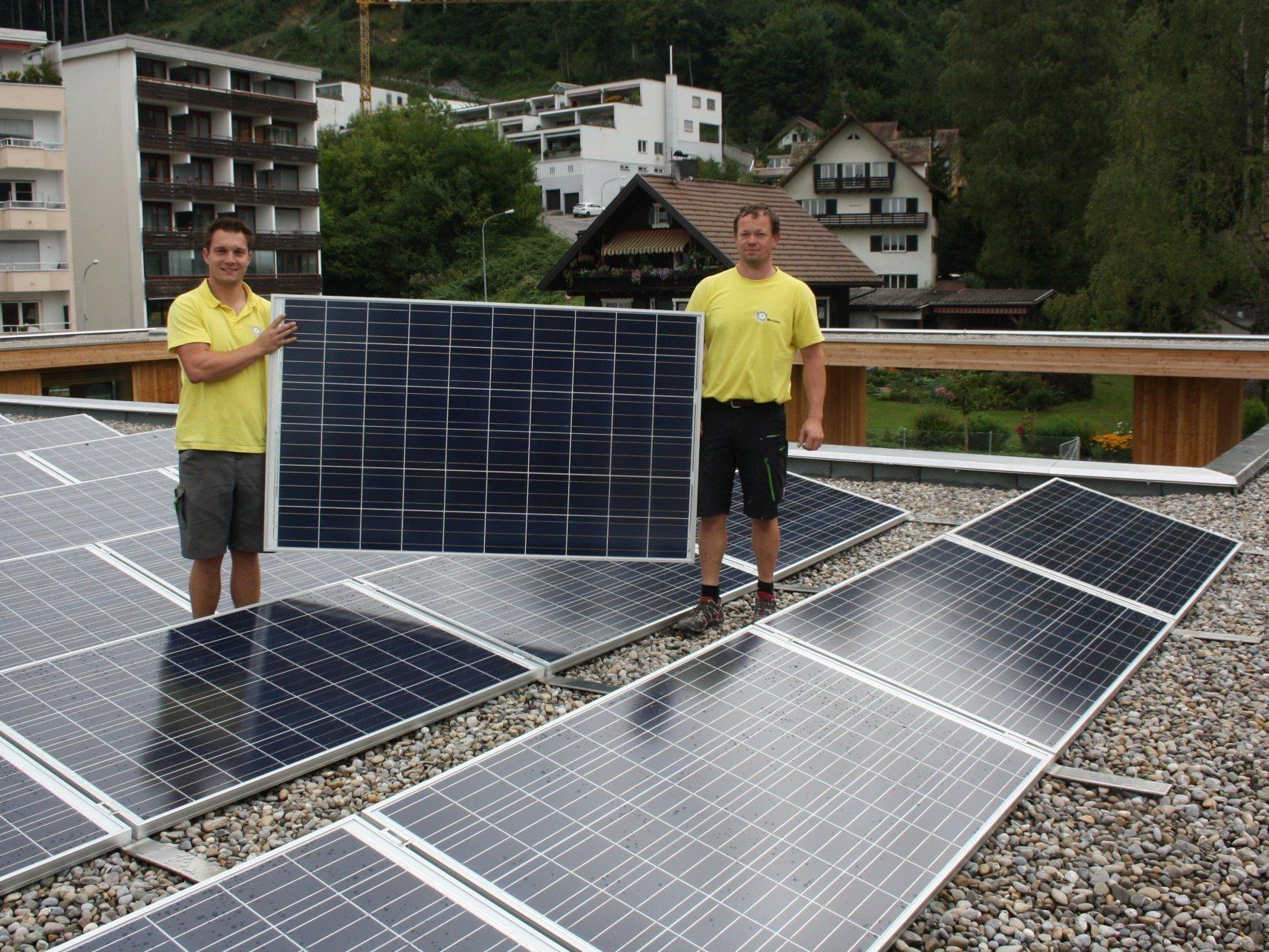 """Neubau einer 15,5 KWp Photovoltaik-Anlage auf dem Dach des neuen Kindergartens Klausmühle durch die Firma """"EQ-Systems"""" aus Kennelbach."""