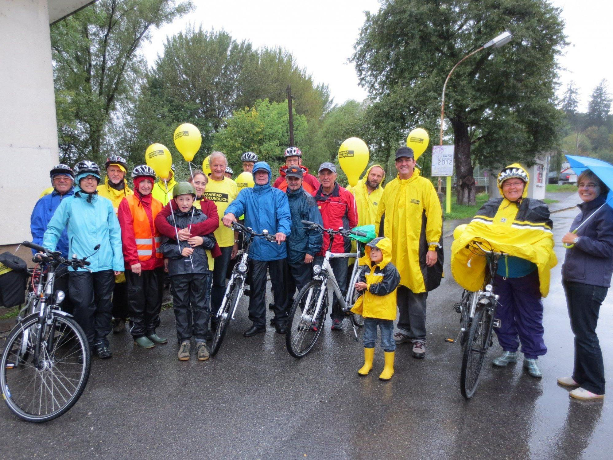 Auch bei schlechtem Wetter waren im vorigen Jahr zahlreiche Radfahrer gut ausgerüstet bei der FAHR RAD Parade und der FAHR RAD Preisverlosung mit dabei.