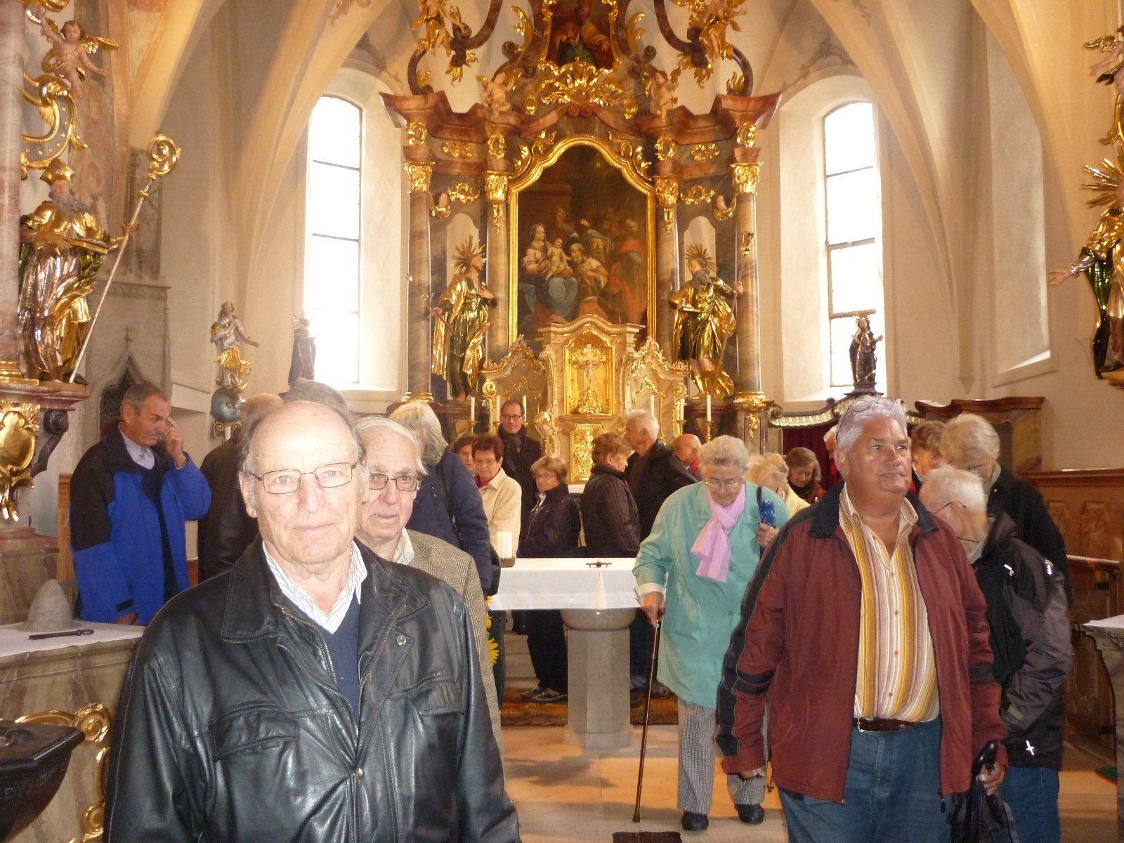"""Die Lochauer Senioren besichtigten auf ihrer Fahrt """"Rund ums Ländle"""" auch die alte und neue Pfarrkirche St. Nikolaus in Lech."""