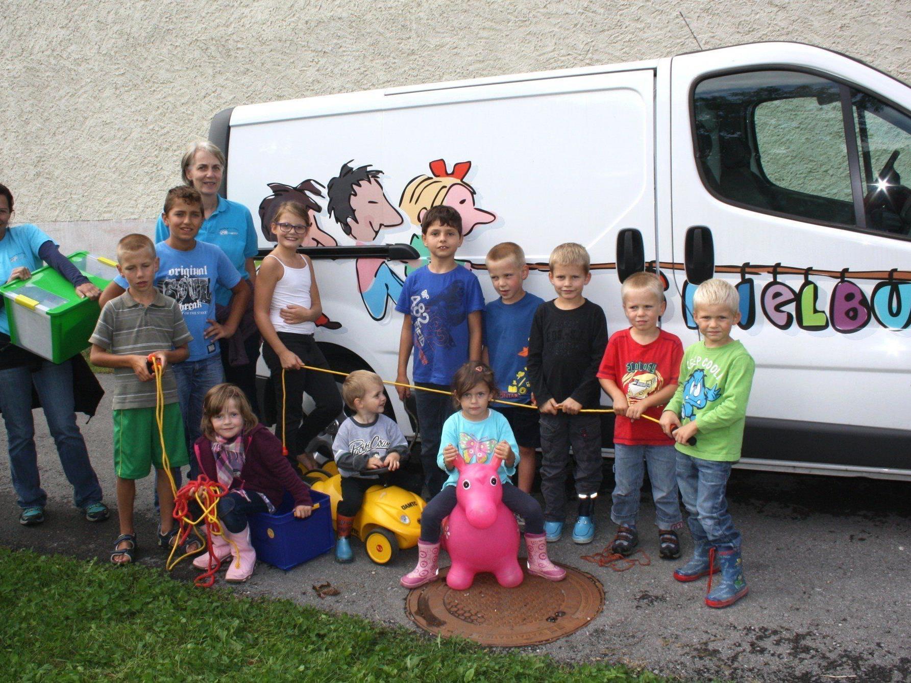 Die Kinder freuten sich, dass auch in diesem Jahr der Spielbus mit all seinen Angeboten nach Lochau gekommen war.