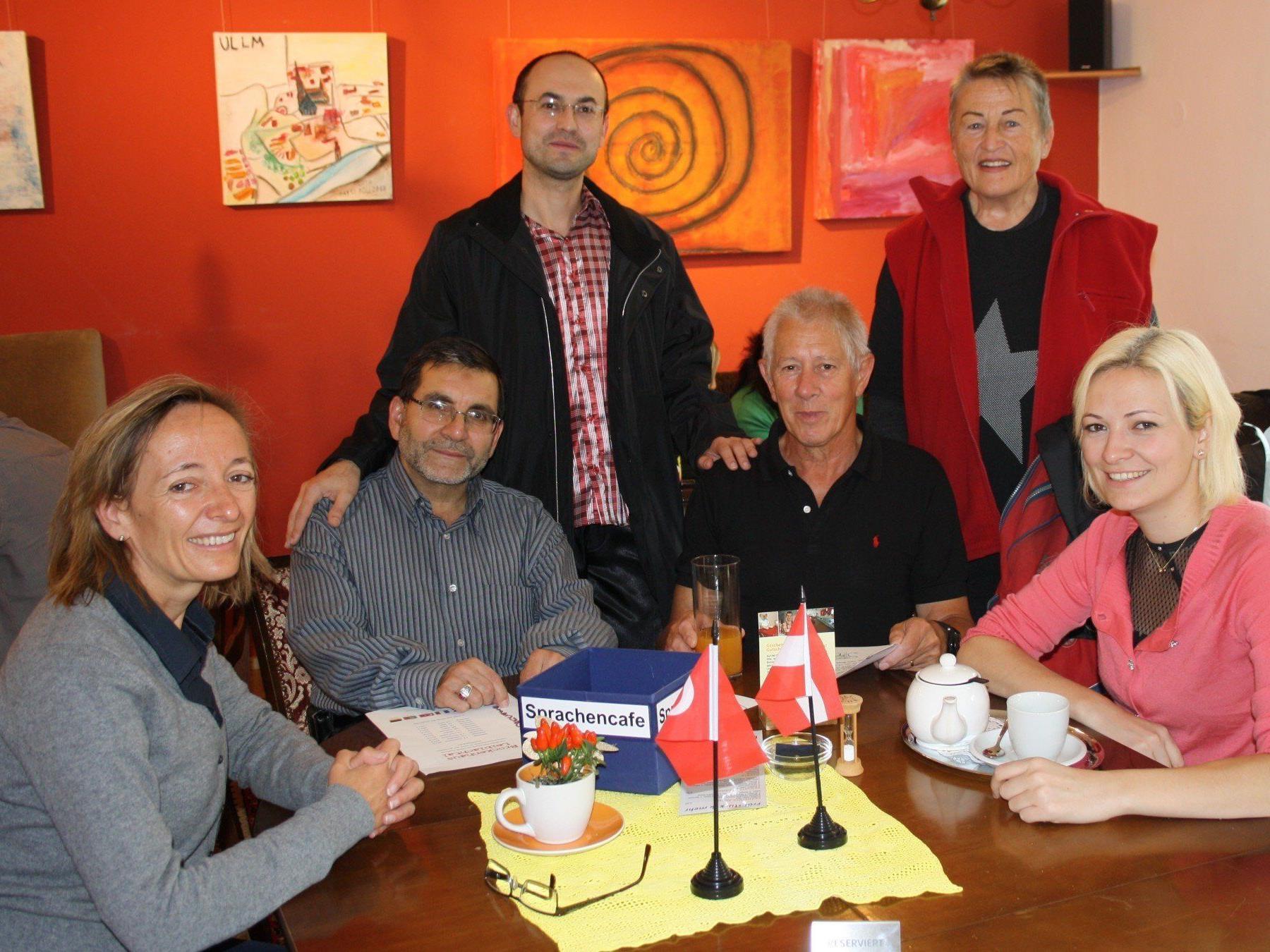"""Andrea Kramer, Obfrau des Ausschusses """"Soziales, Integration und Ehrenamt"""", lädt mit Projektleiter Peter Pongratz und seinem Team ins """"Sprachencafe""""."""