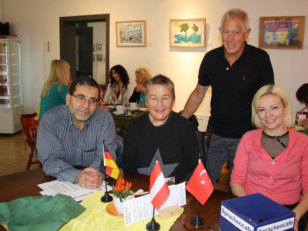 """Das Team um Projektleiter Peter Pongratz lädt die türkischen Mitbewohnerinnen und Mitbewohner zu Begegnung und Unterhaltung ins """"Sprachencafe"""" im Brockenhaus."""