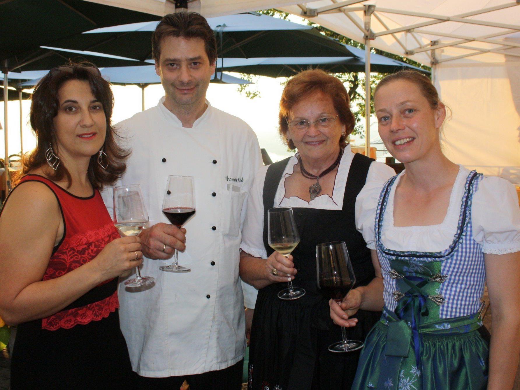 Diana Sicher-Fritsch, Thomas Fritsch, Seniorchefin Resi Fritsch und Beate Fritsch als bewährte Gastgeber beim traditionellen Weinfest im Berggasthof.