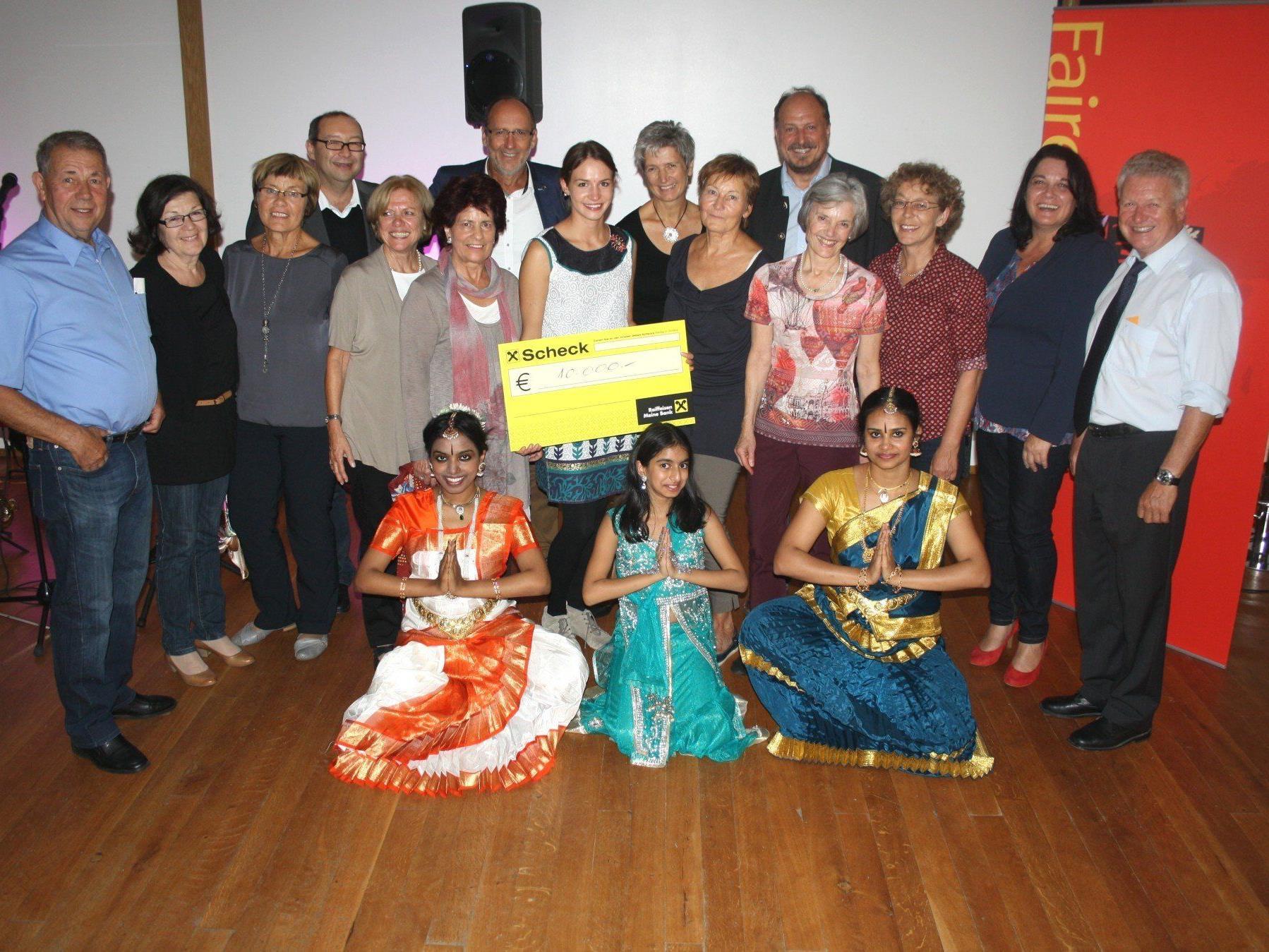 """Die Überreichung eines 10.000-Euro-Schecks an die """"Pater Raja Foundation"""" in Indien war an diesem indischen Festabend der besondere Höhepunkt.."""