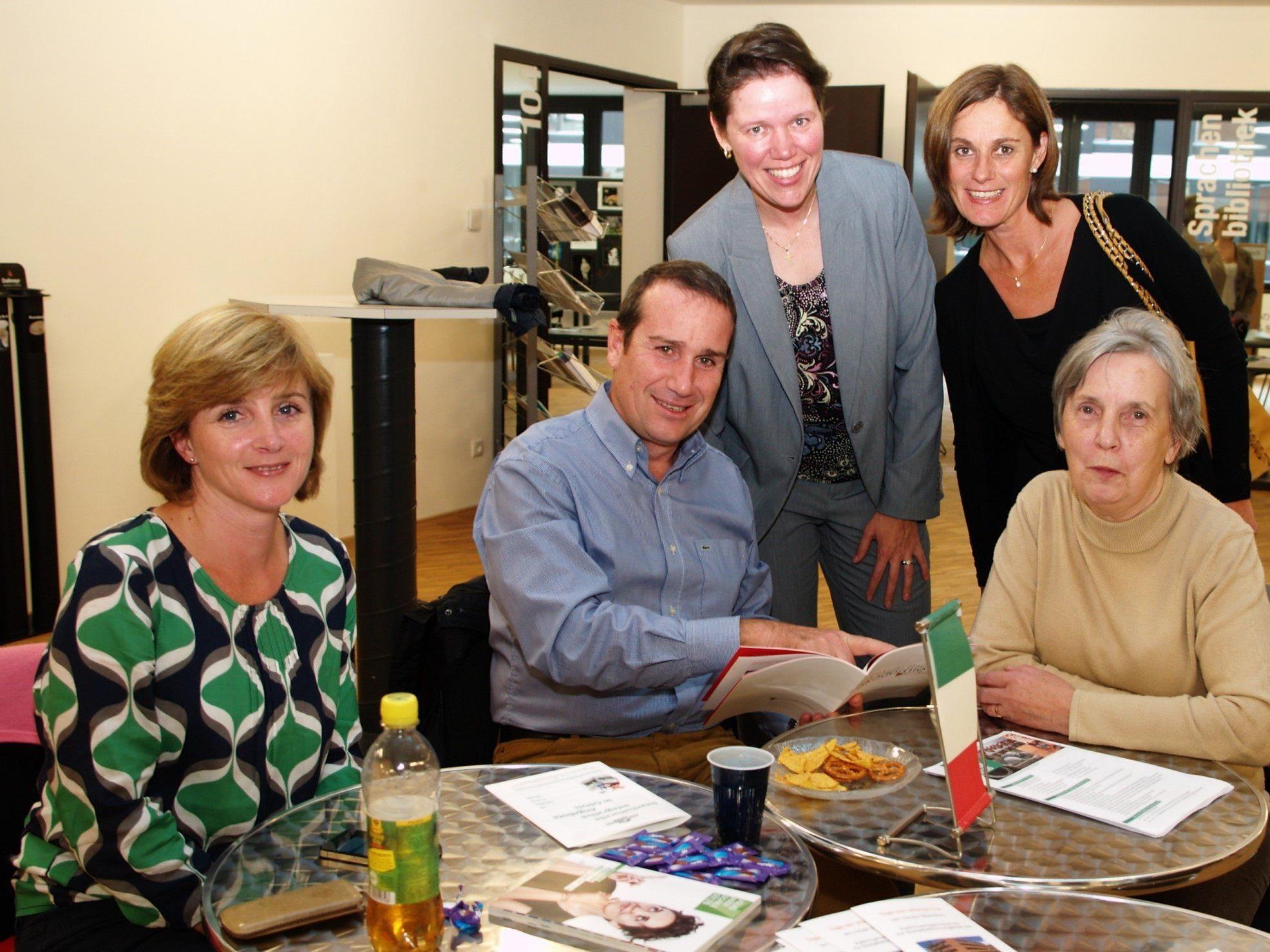 Kursleiter Mauro Monderna mit einigen Besucherinnen beim Sprachencafe.