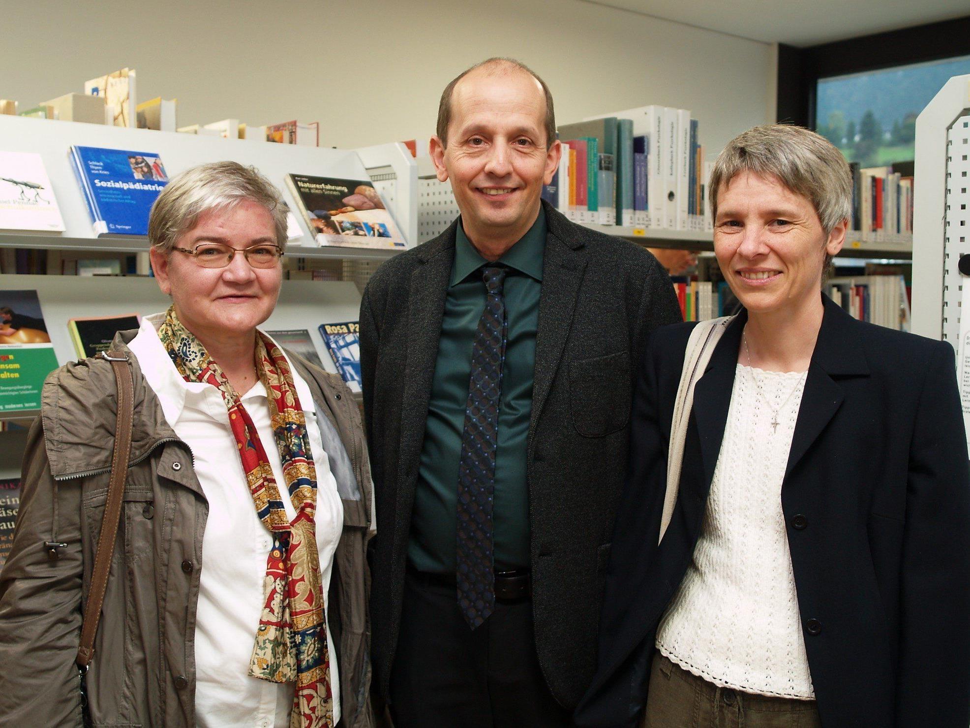 Schulleiter Gerhart Hofer mit Rosalia Kohler und Brigitte Knünz vom Werk der Frohbotschaft.