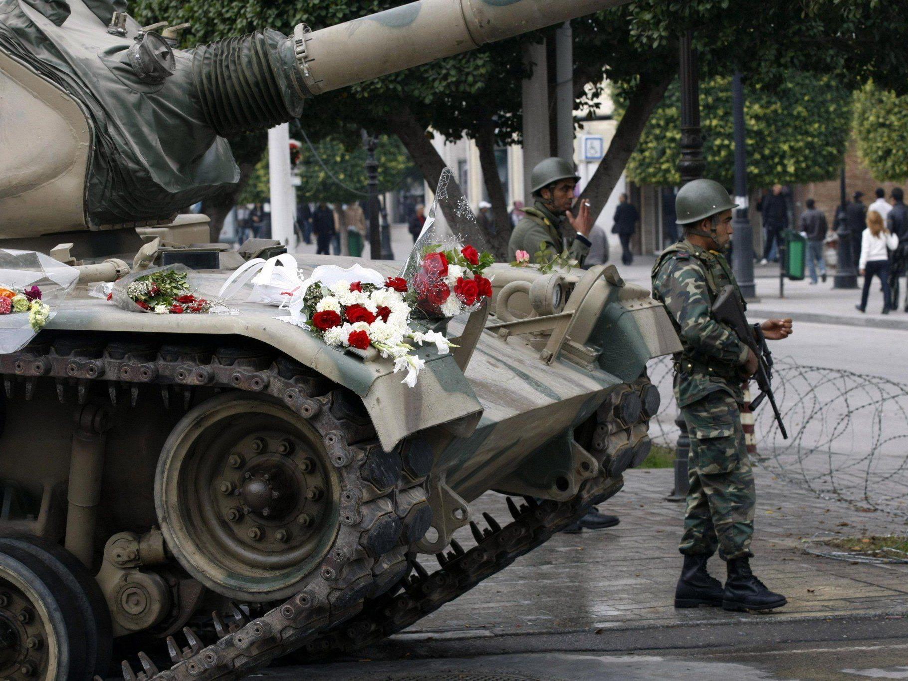 Blumen für die Panzer: Tunis im Jänner 2011.