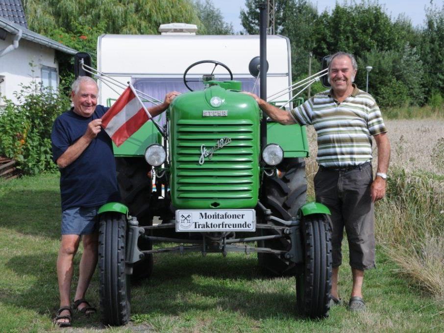 Peter Rehse (li) und Ernst Neier von den Montafoner Traktorfreunden fuhren mit dem Traktor bis zur Insel Rügen.
