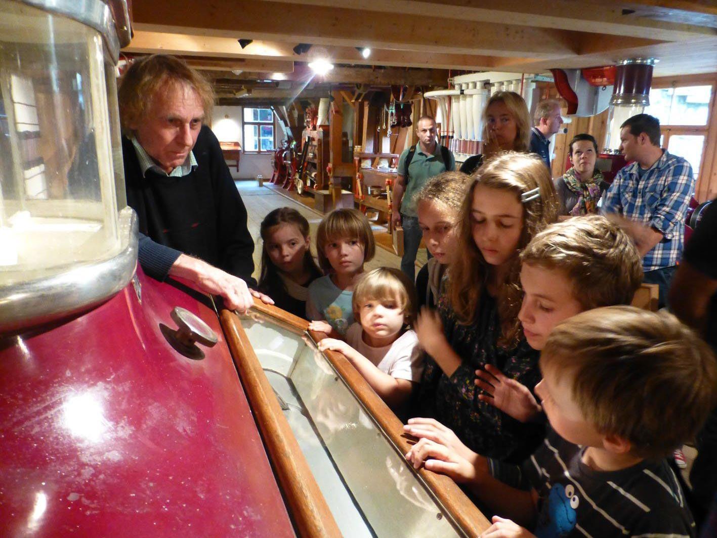 Bernd Amann erläuterte den kleinen Museumsbesuchern die Funktionsweise der Müllereimaschinen.
