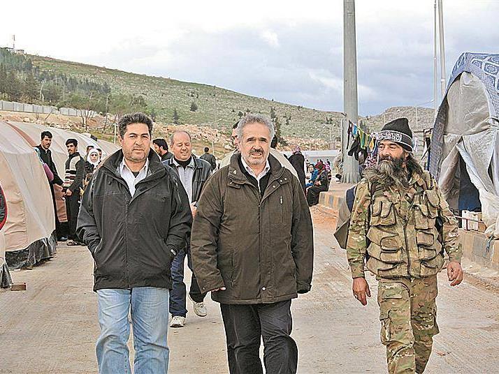 Im Flüchtlingslager Bab al-Hawa sicherte Adnan Wahhoud (M.) die Wasserversorgung für 7000 Menschen.