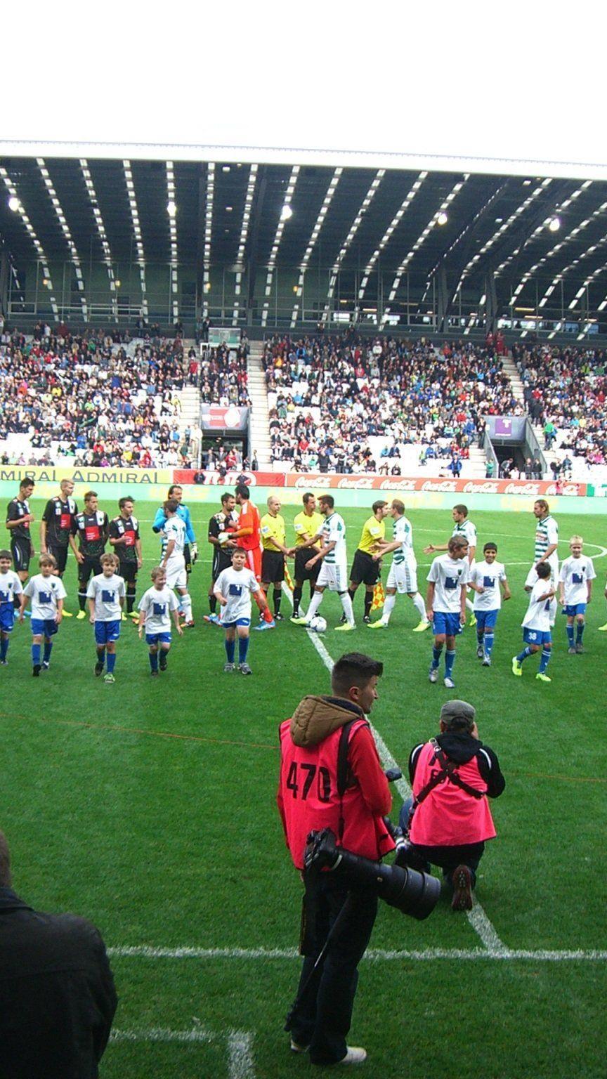 Kinder von FC BW Feldkirch durften im neuen Tivolistadion in Innsbruck mit den Stars einlaufen.