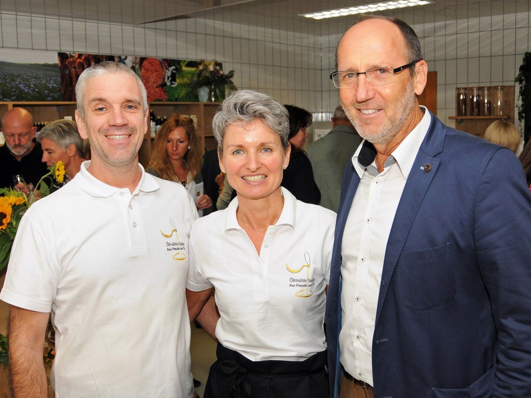 """Christian und Barbara Sailer mit Bürgermeister Xaver Sinz bei der Eröffnung der ,,Ölmühle Sailer"""""""