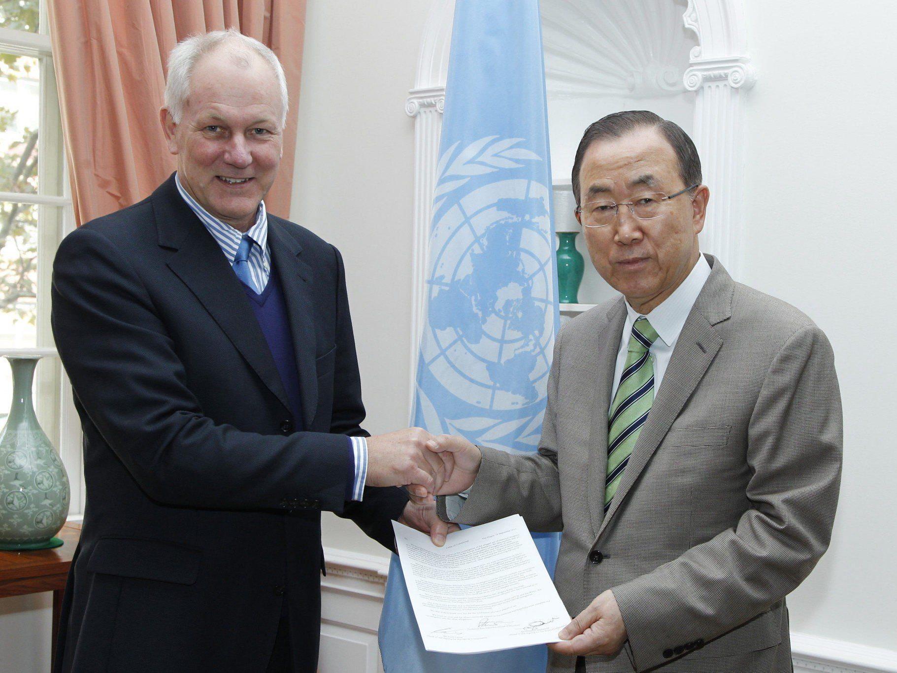 Ake Sellstrom (l.) übergibt den Bericht an UN-Generalsekretär Ban Ki-moon.
